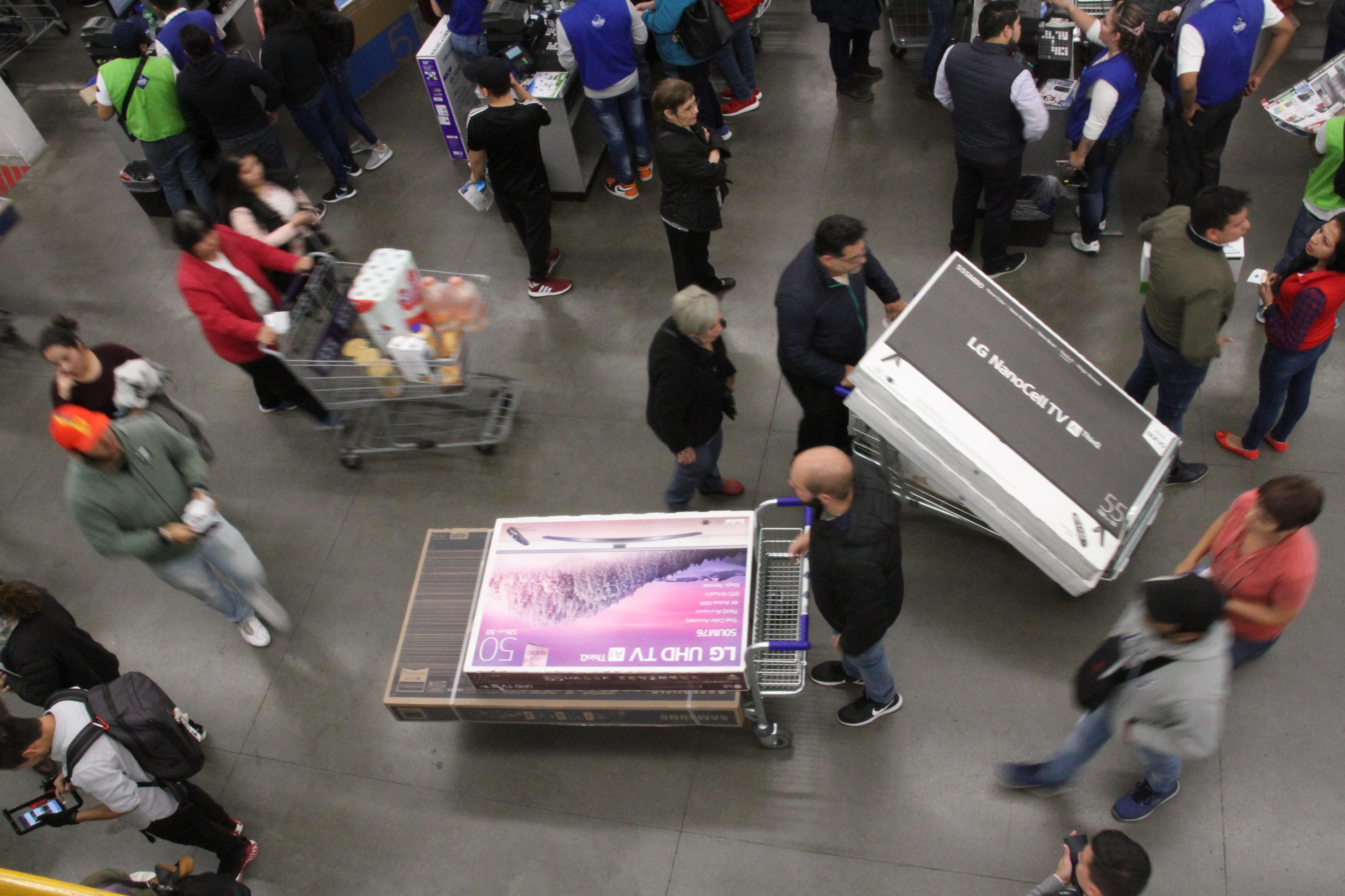 Las personas aprovechan para comprar las pantallas más grandes y con mejor tecnología (Foto: cuartoscuro)