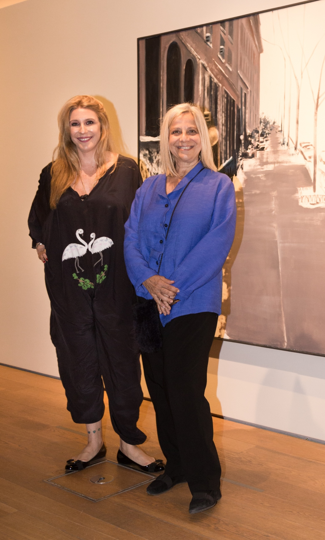 Amalia Amoedo junto a Marina Pellegrini, directora de la Galería Vasari, y última pareja de Rómulo Macció
