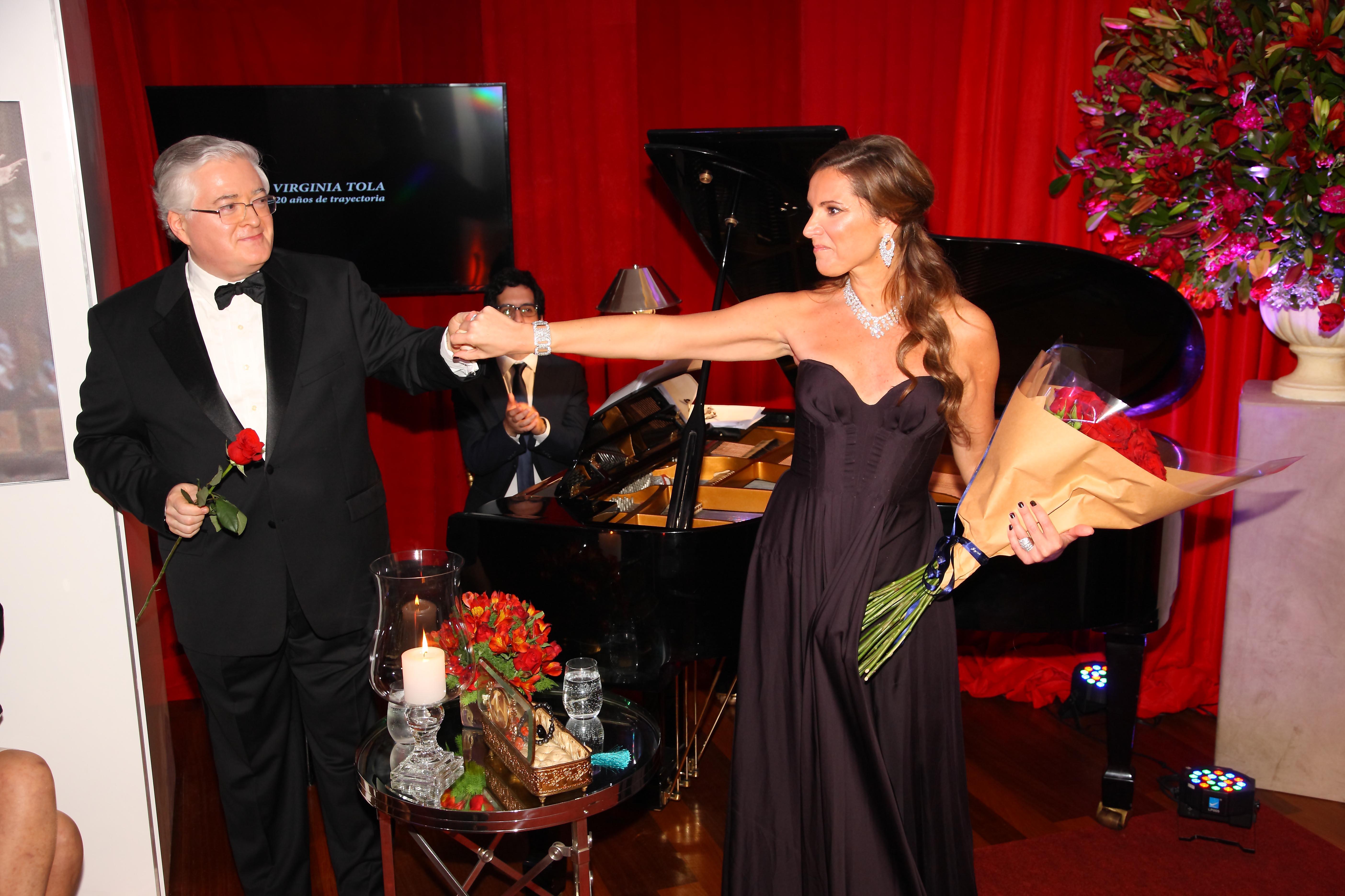Virginia Tola y el maestro Eduardo Paez deleitaron a los invitados con su talento musical. La eximia soprano argentina es aclamada en los más importantes escenarios del mundo, como el Teatro dell'Opera di Roma, el Washington National Opera, Los Ángeles Opera, De Nederlandse Opera de Amsterdam y el Teatro Colón, entre otros