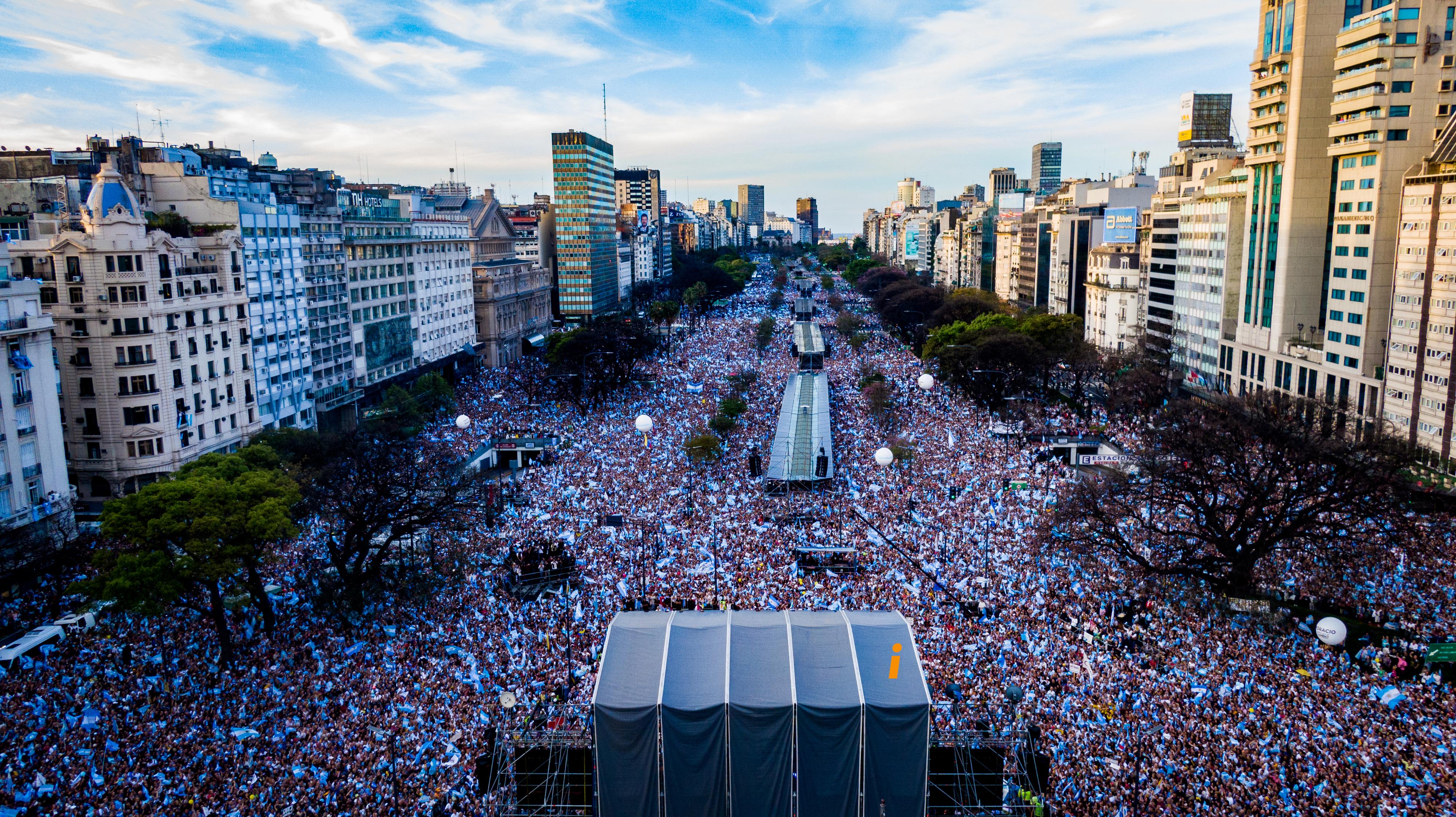 Trescientas mil personas -o cerca de medio millón según los organizadores- se reunieron en el Obelisco para escuchar a Mauricio Macri (Thomas Khazki)