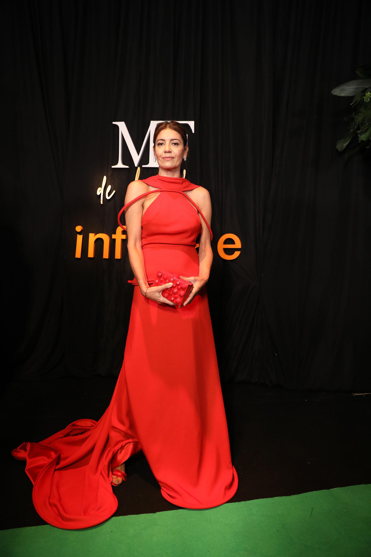 Lila Juan, diseñadora de Flaneur, nominada como mejor diseñadora de accesorios con un vestido rojo de Min Agostini y un clutch de su firma