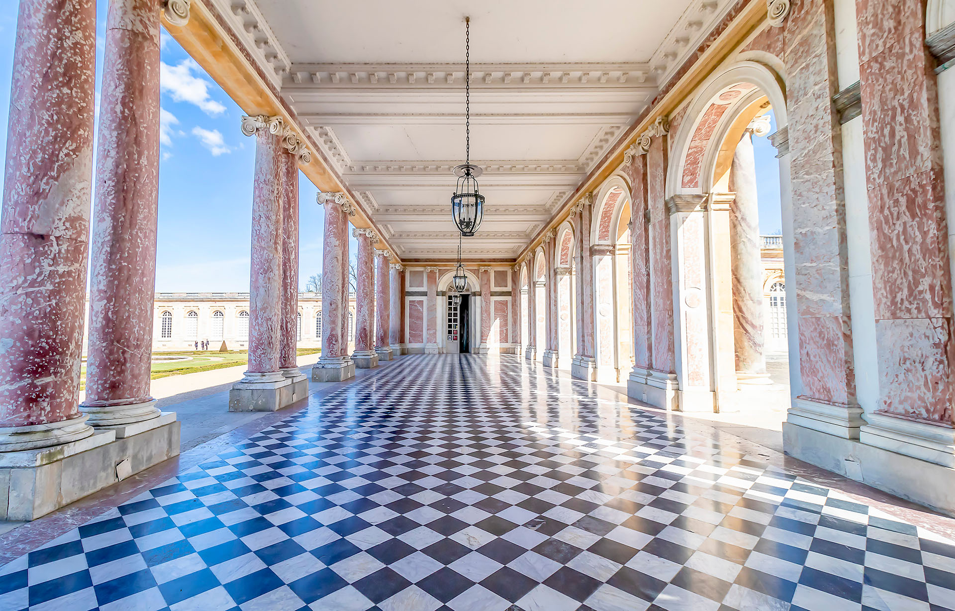 Luis XIV fue el primero en transformar y ampliar el pabellón de caza de su padre, Luis XIII, donde instalaría la Corte y el gobierno en el año 1682. Desde entonces y hasta la llegada de la Revolución Francesa, diferentes monarcas se fueron sucediendo en el trono y continuaron embelleciendo el palacio