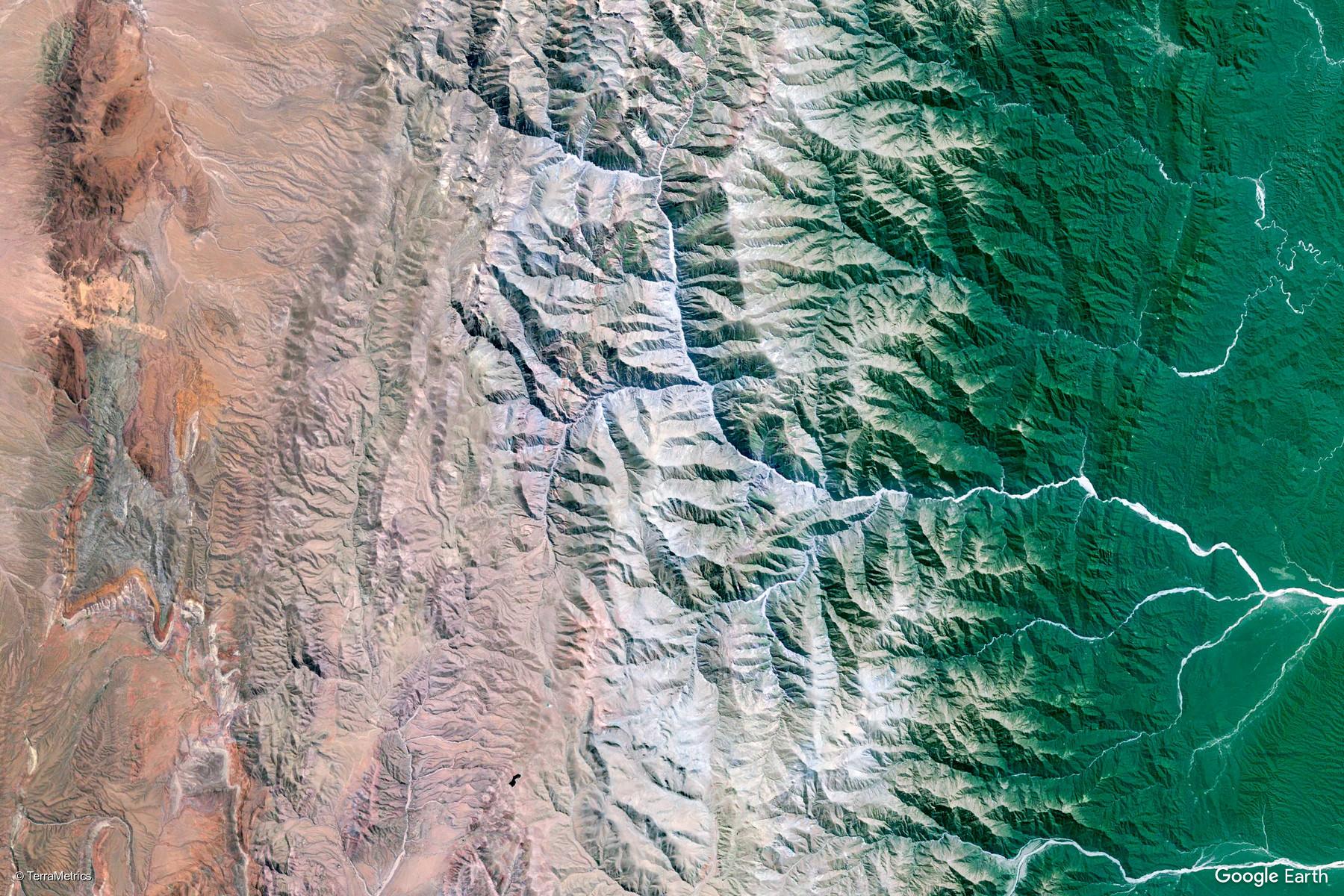 HUMAHUACA - Tiene el encanto de los pueblos quebradeños y es uno de los principales destinos turísticos en el circuito de la Quebrada. El pueblo de Humahuaca se encuentra cerca de los 3.000 metros de altura, rodeado de cordones montañosos de gran belleza. El pueblo es la entrada a La Puna jujeña y es la última localidad importante de la Quebrada de Humahuaca, en el camino hacia el norte, hacía La Quiaca