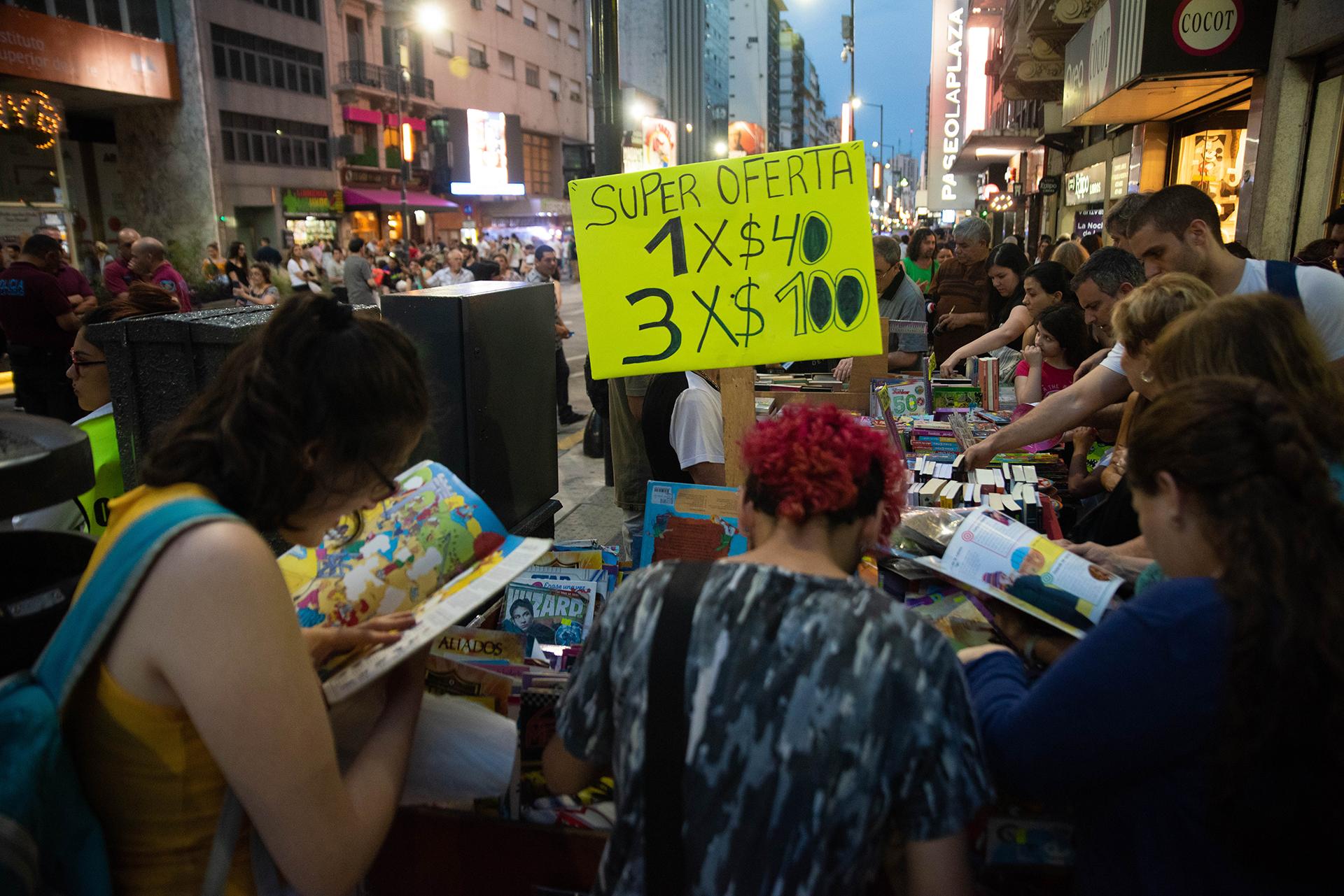 Uno de los locales a la calle que ofrecía libros con descuentos.
