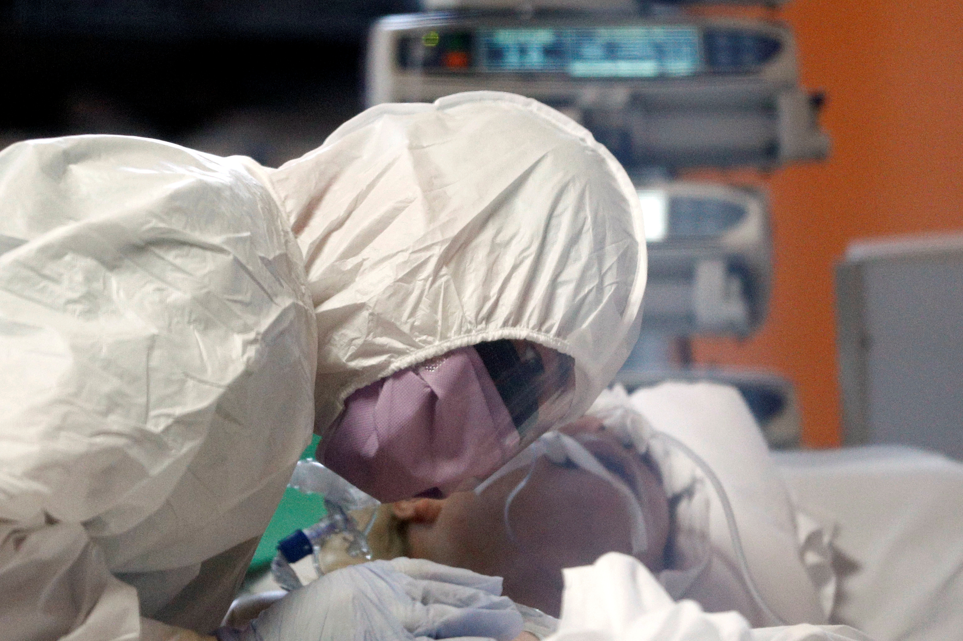 Una médica atiende a un paciente en Roma, Italia (REUTERS/Guglielmo Mangiapane)