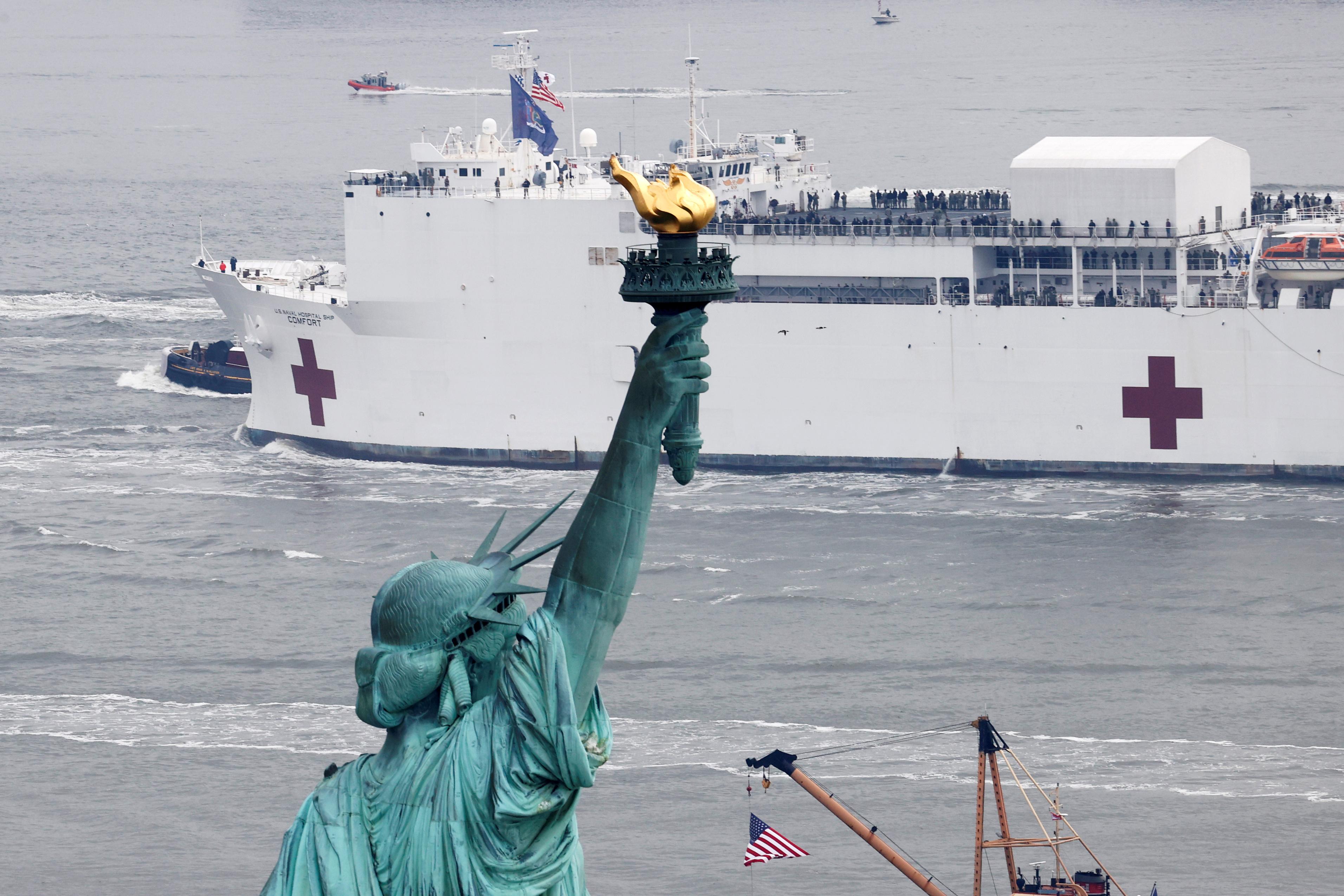 La Estatua de la Libertad, icono del paisaje neoyorkino, frente al buque hospital.