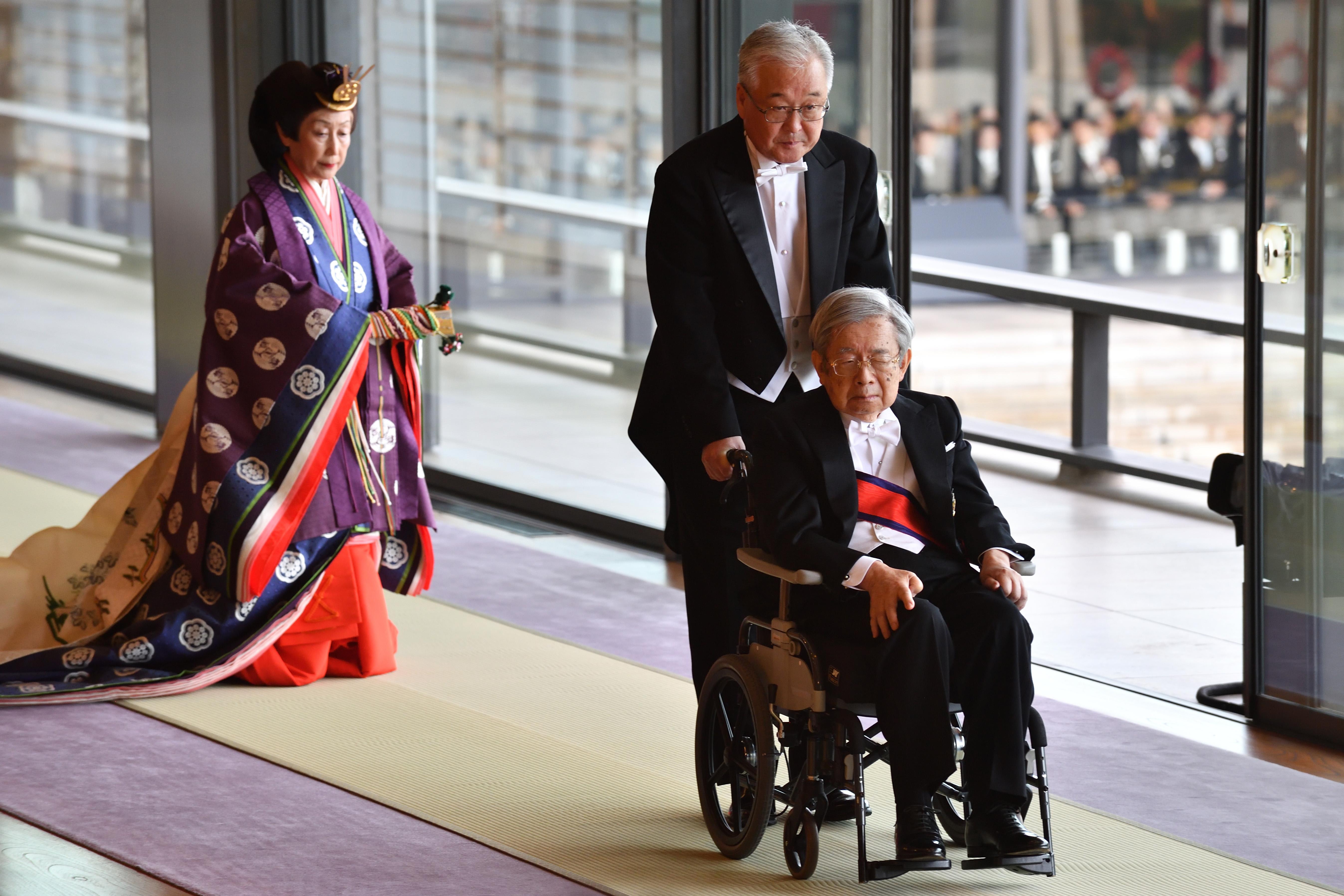 El Príncipe Hitachi de Japón se va al final de la ceremonia de entronización donde el Emperador Naruhito proclamó oficialmente su ascensión al Trono de Crisantemo en el Palacio Imperial de Tokio (AFP)