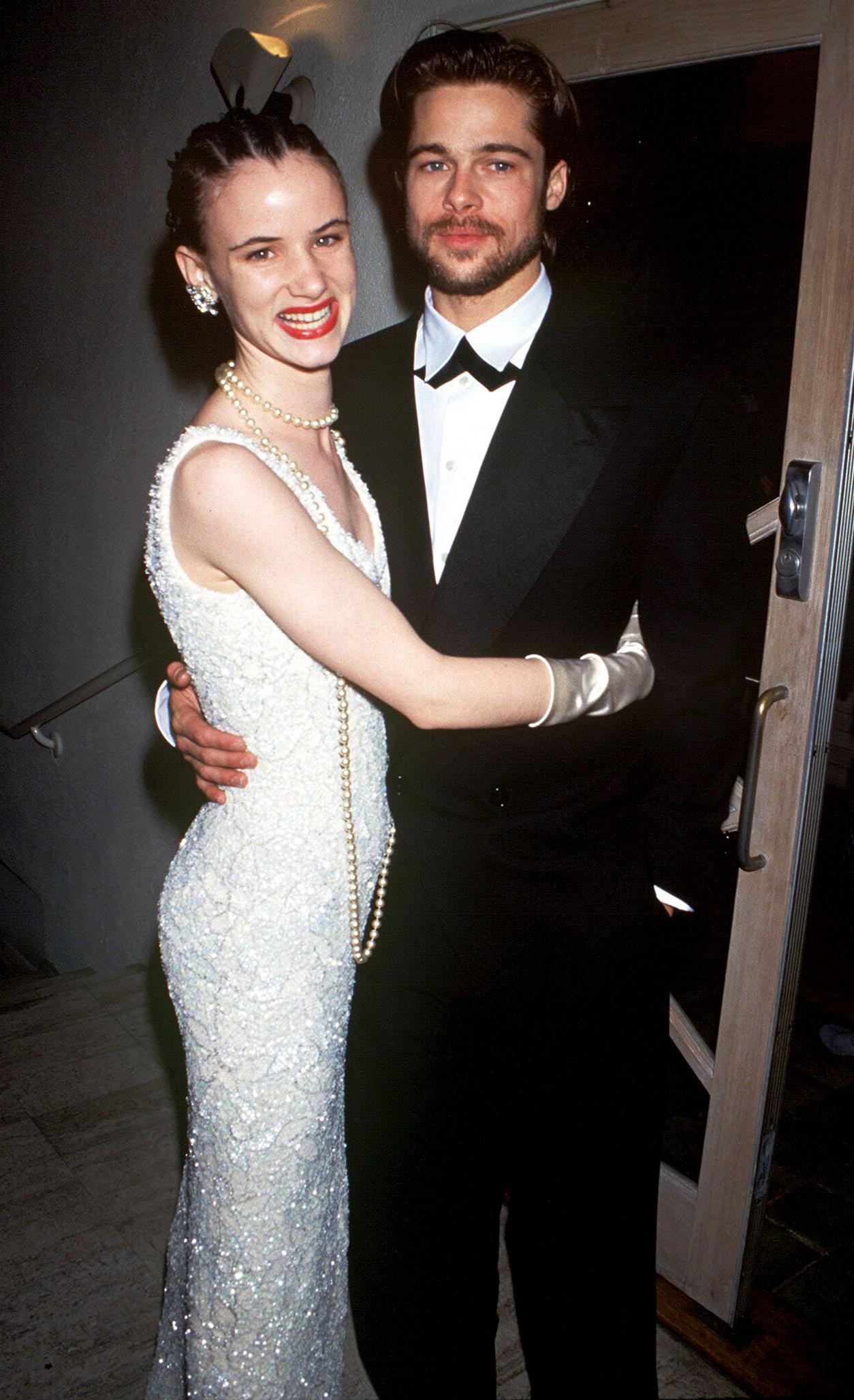 La primera mujer con la que Brad Pitt paseó por la alfombra roja de los Oscar fue Juliette Lewis, que estaba nominada como mejor actriz de reparto por la película