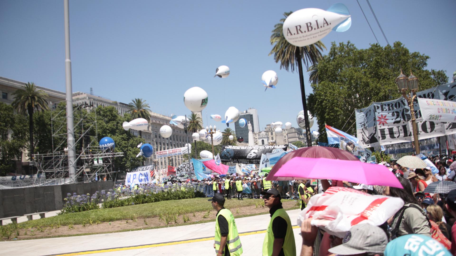 La militancia comenzó a copar la Plaza de Mayo