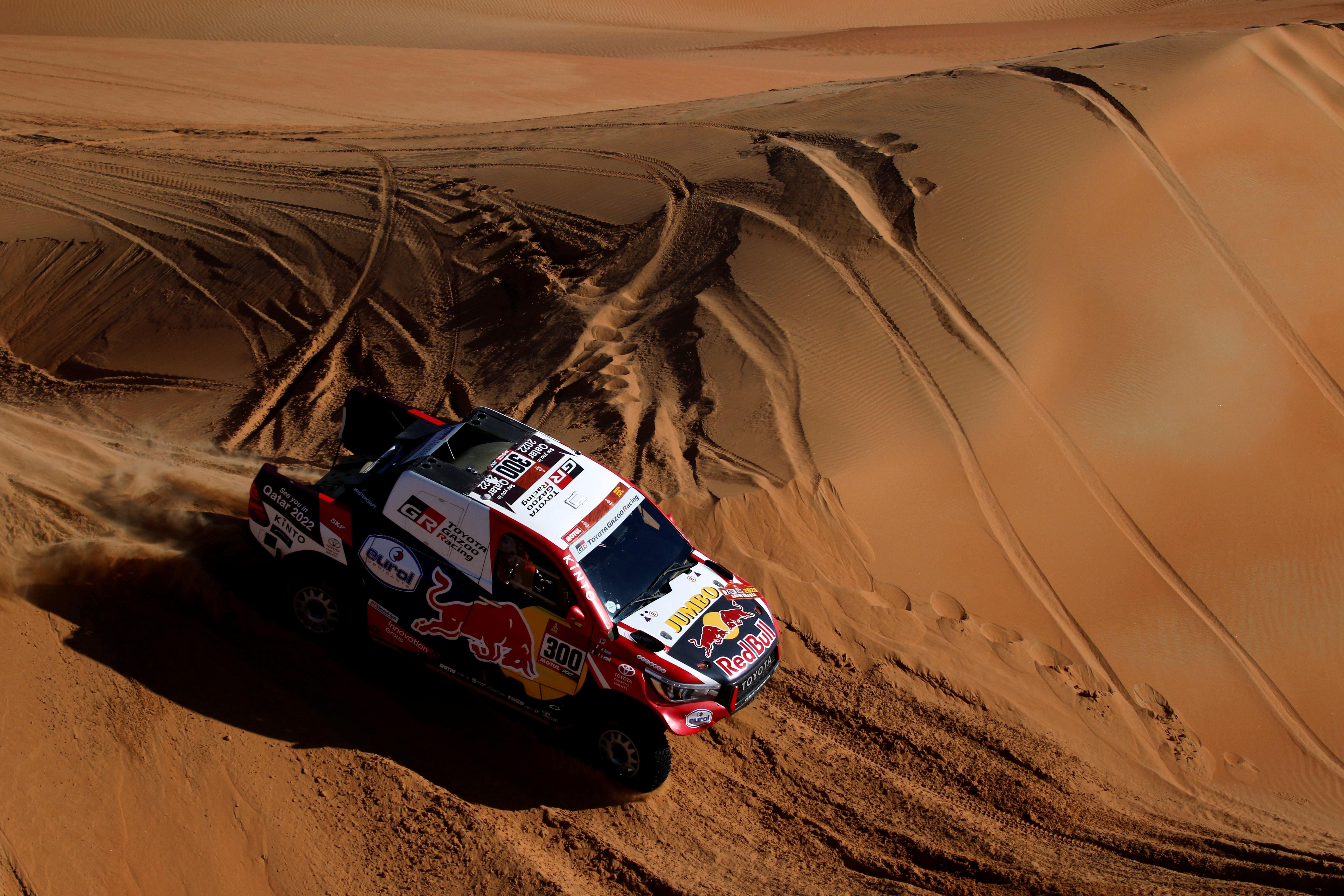 Al-Attiyah solo posee seis segundos de ventaja sobre Peterhansel en la general, lo que deja presagiar otro duelo entre el francés, ganador de trece títulos del Dakar, 6 en moto y 7 en autos, y el qatarí, que tiene tres títulos, dos segundos puestos y un tercero en una prueba en la que ha logrado 28 triunfos de etapa