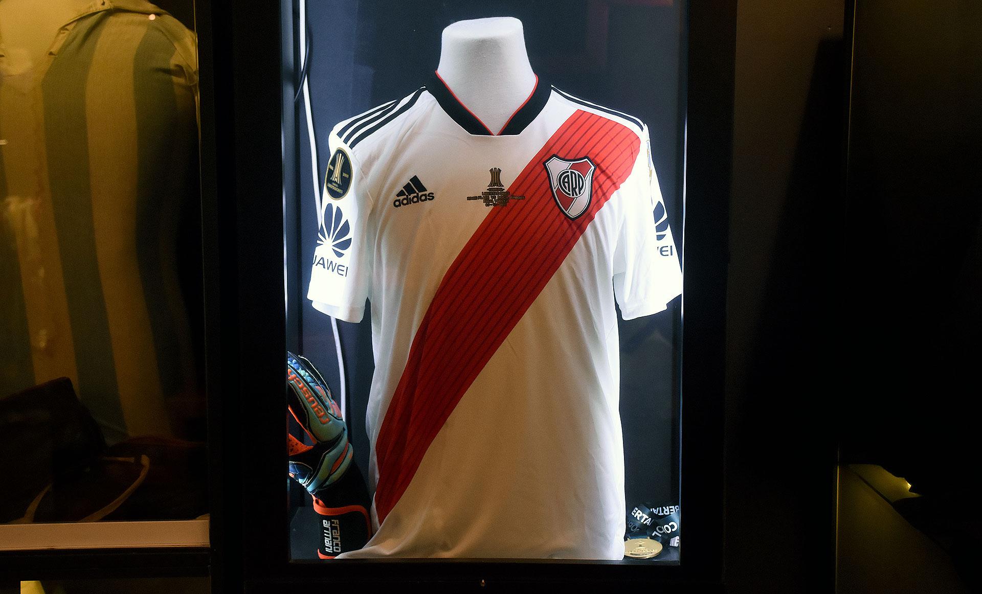 La titular con la que River derrotó a Boca en la final de la Libertadores disputada en Madrid y su medalla correspondiente (Nicolas Stulberg)