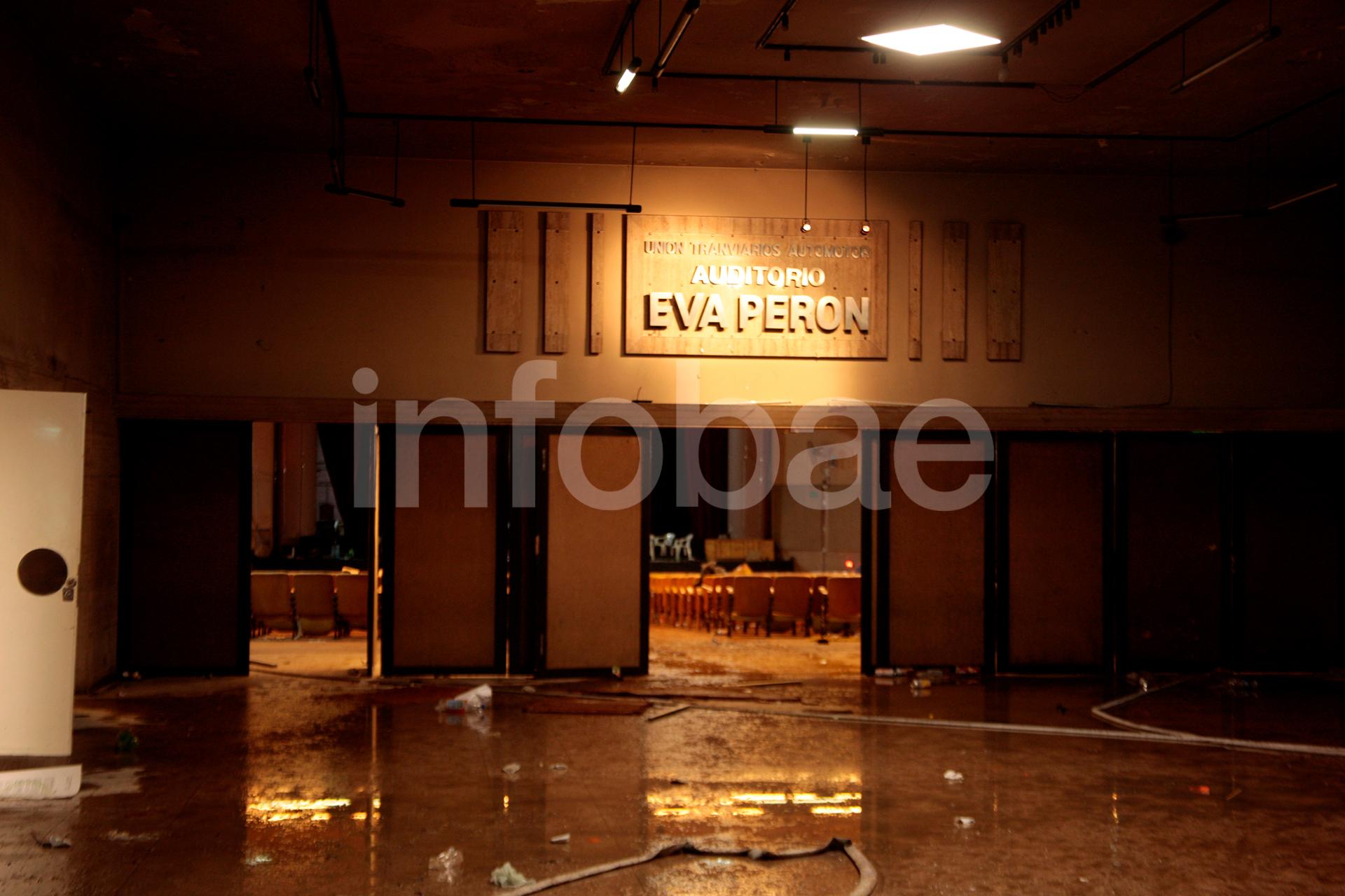 El ingreso al Auditorio Eva Perón fue vandalizado por gente que responde a Miguel Bustinduy, el líder disidente