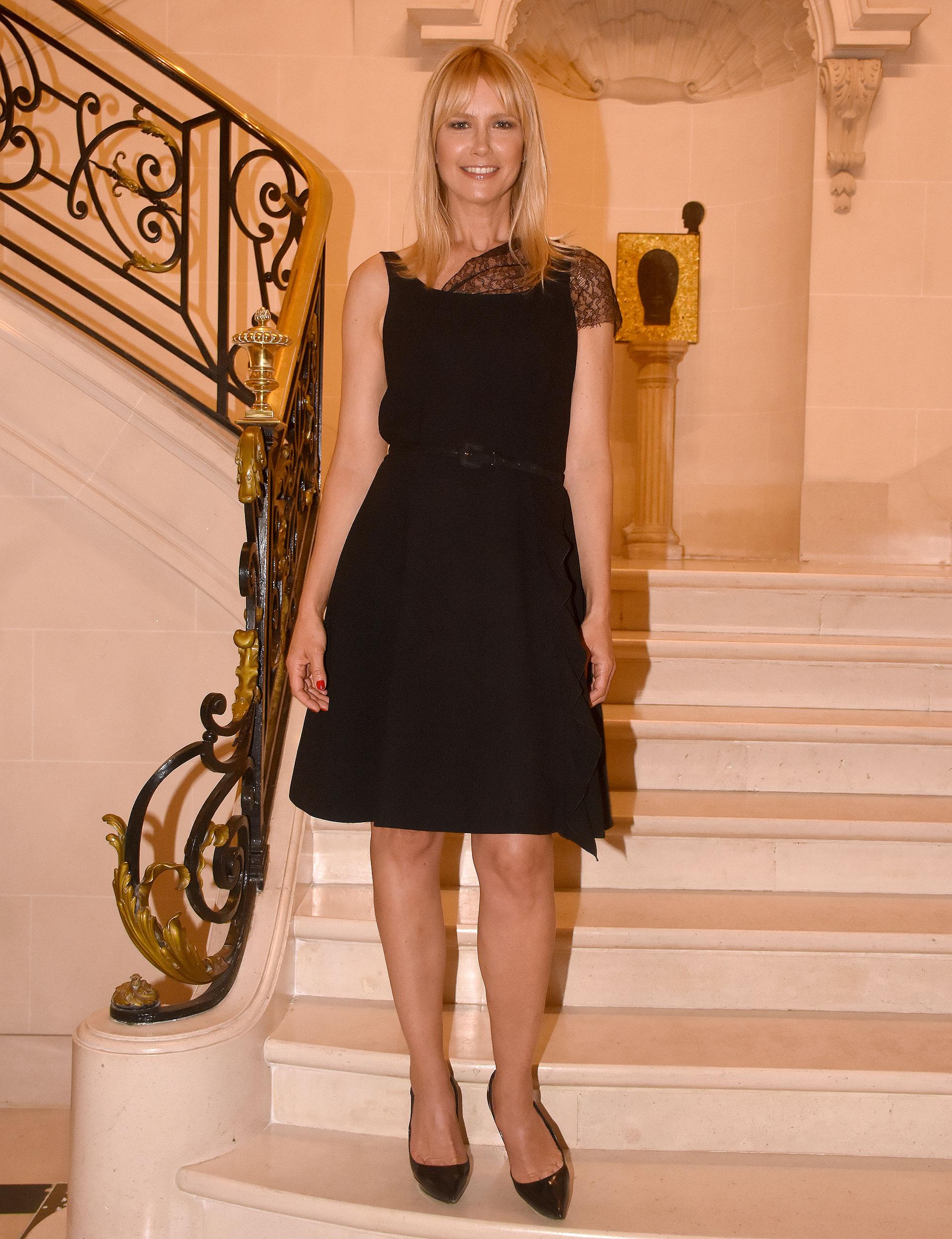Valeria Mazza en la imponente escalera de la Residencia del embajador italiano