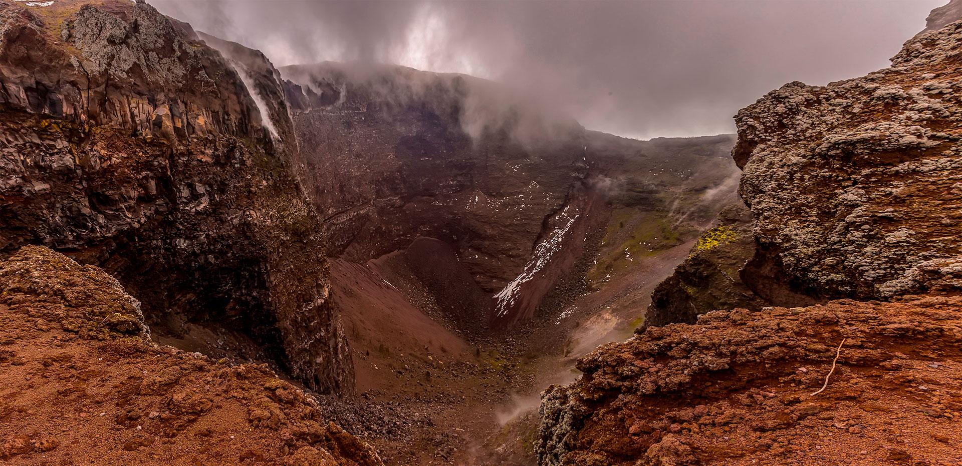 Con una altura de apenas 1281 metros, es uno de los más conocidos en todo el mundo. Su última erupción fue durante marzo de 1944