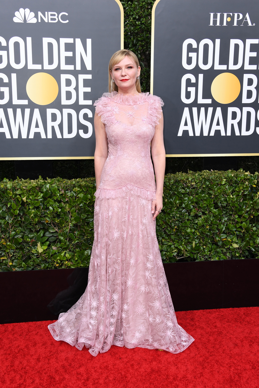 Para la experta en moda Gabriela Gurmandi, la actriz Kirsten Dunst se vio con su vestido firmado por Rodarte muy romántica en color rosa, con transparencias, al cuerpo y un diseño que le sienta perfecto