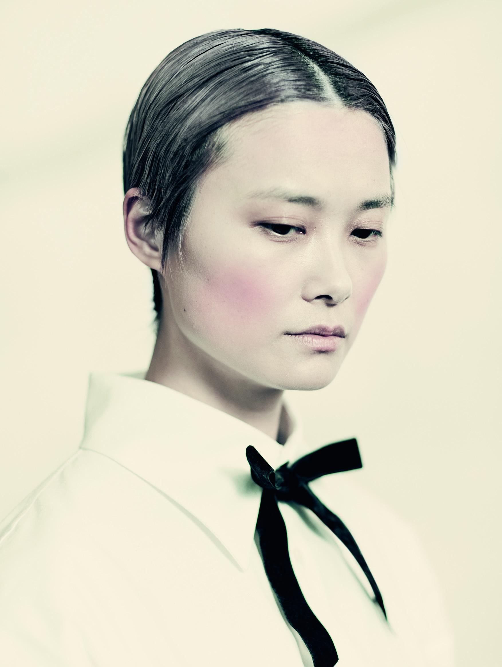 La cantante pop china, Chris Lee bajo la lente del italiano Paolo Roversi. Este año es la primera vez que el calendario combina la fotografía con el cine, ya que se acompaña de un cortometraje