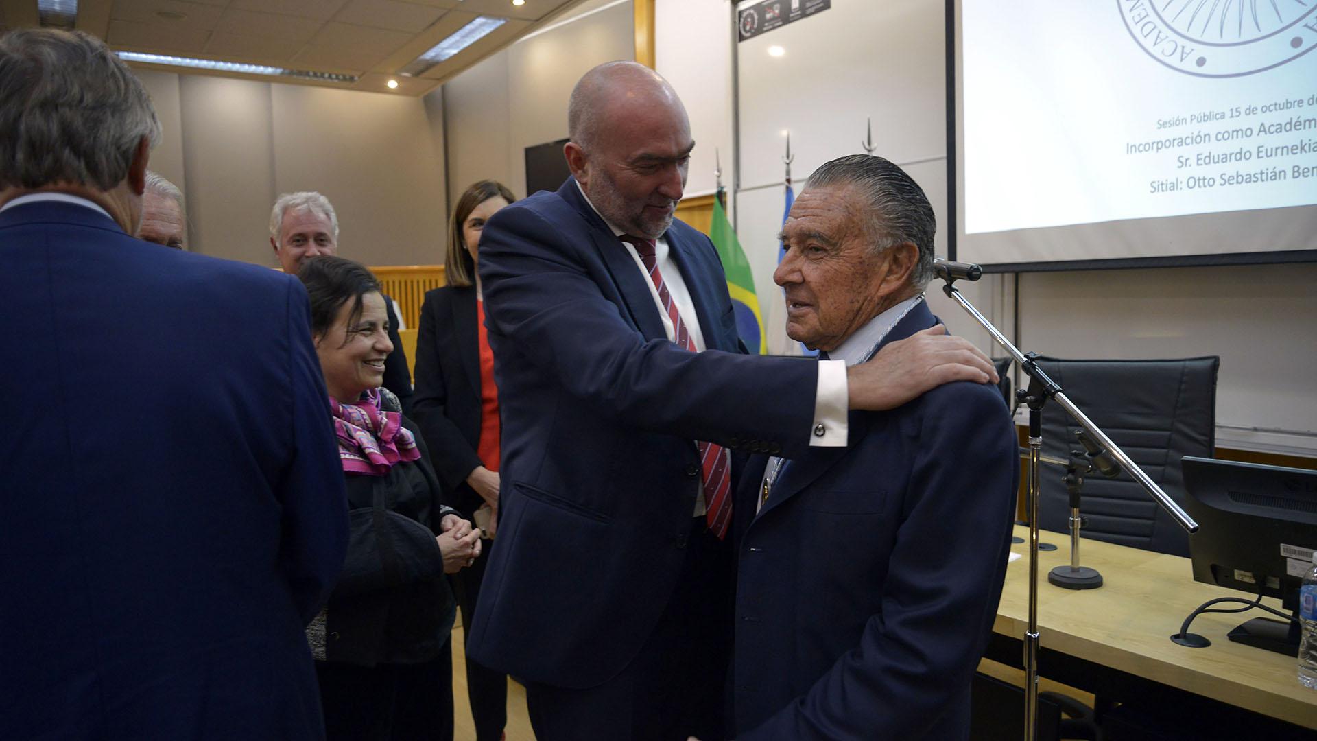 Gustavo Cinosi saluda a Eurnekian al final del evento