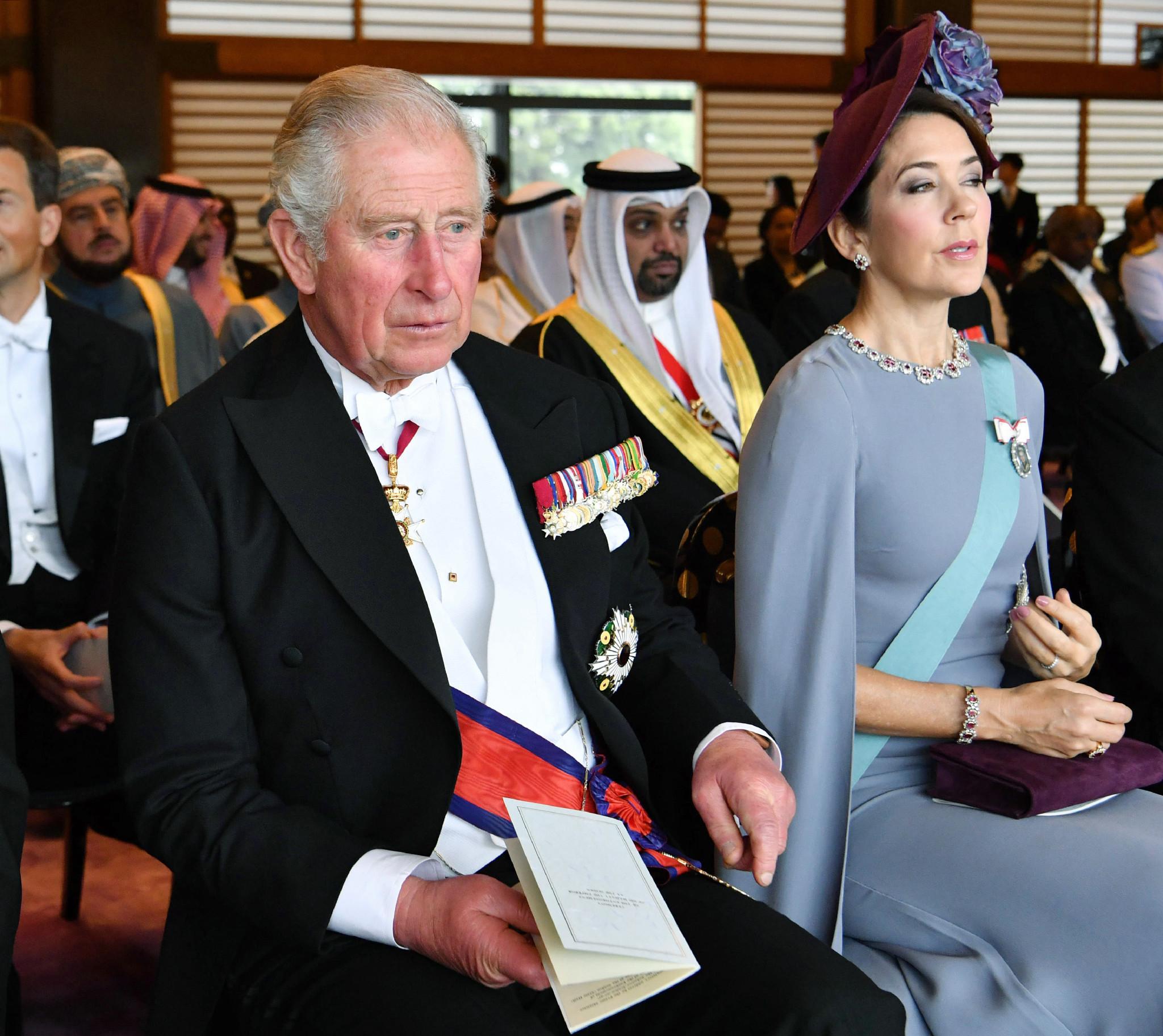 El Príncipe Carlos (izquierda) de Gran Bretaña y la Princesa Heredera María de Dinamarca asisten a la ceremonia de entronización del Emperador Naruhito (AFP)