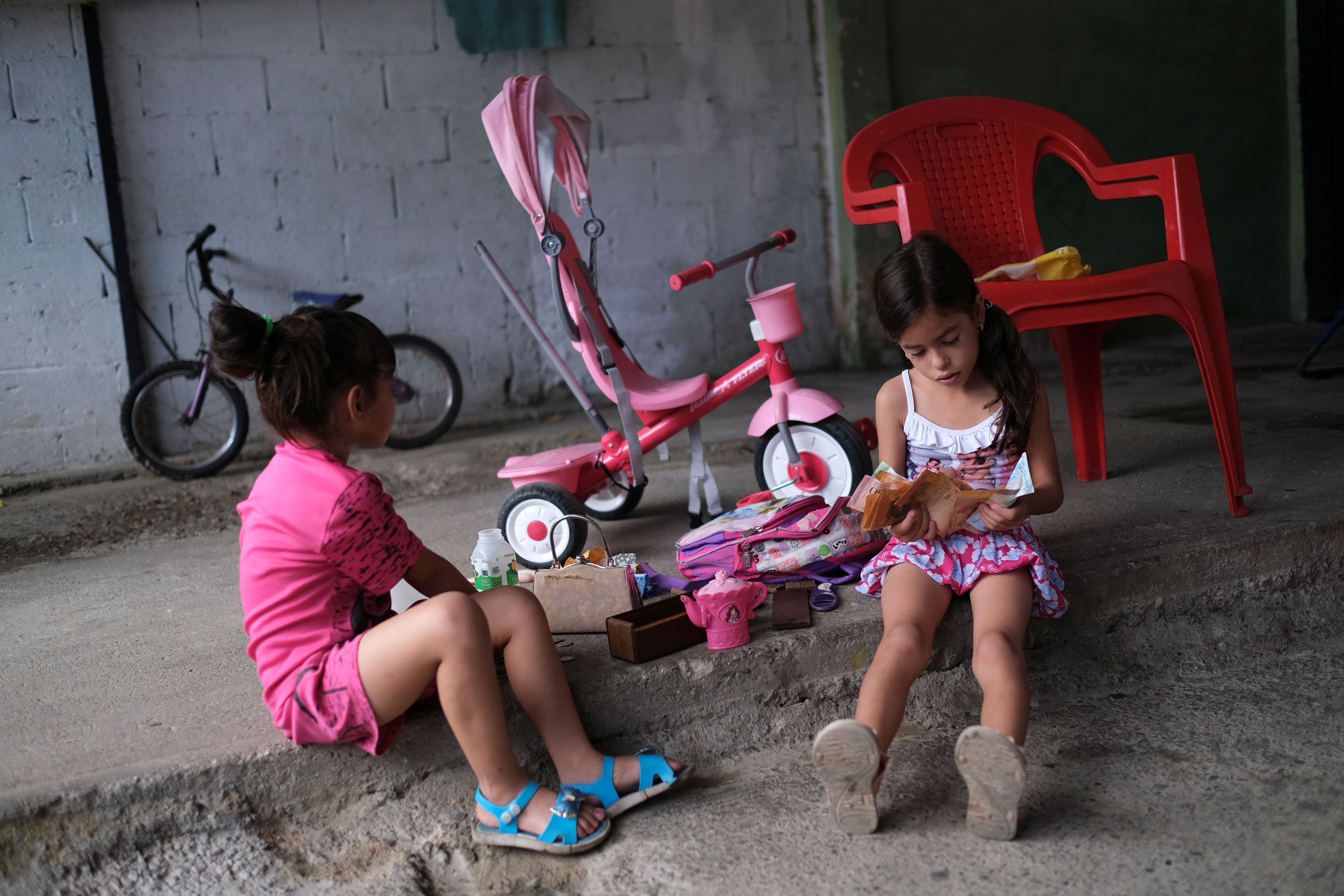 Dos niños con problemas de peso juegan frente a su casa de Barquisimeto (REUTERS/Carlos García Rawlins)