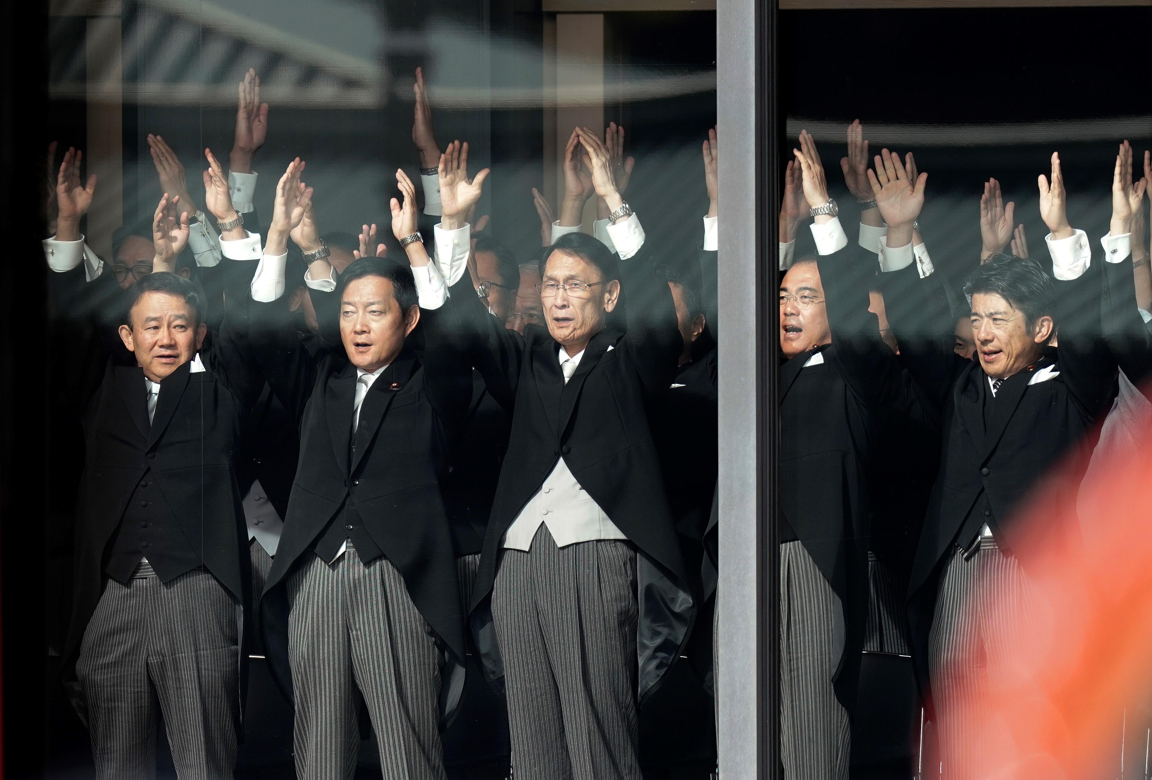 Los funcionarios japoneses gritan