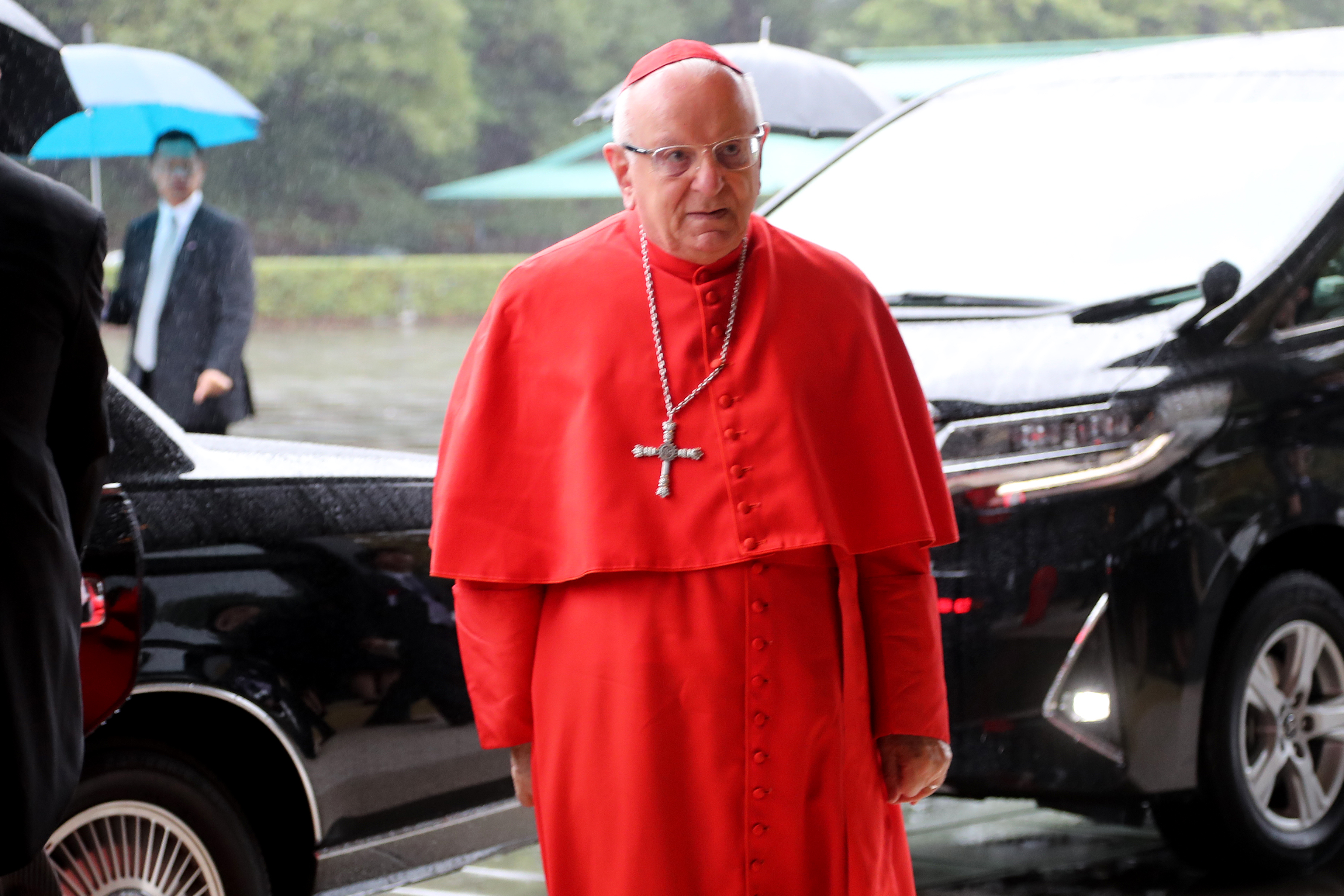 El cardenal del Vaticano Francesco Monterisi llega al Palacio Imperial para asistir a la ceremonia de proclamación de la ascensión del emperador japonés Naruhito al trono (AFP)