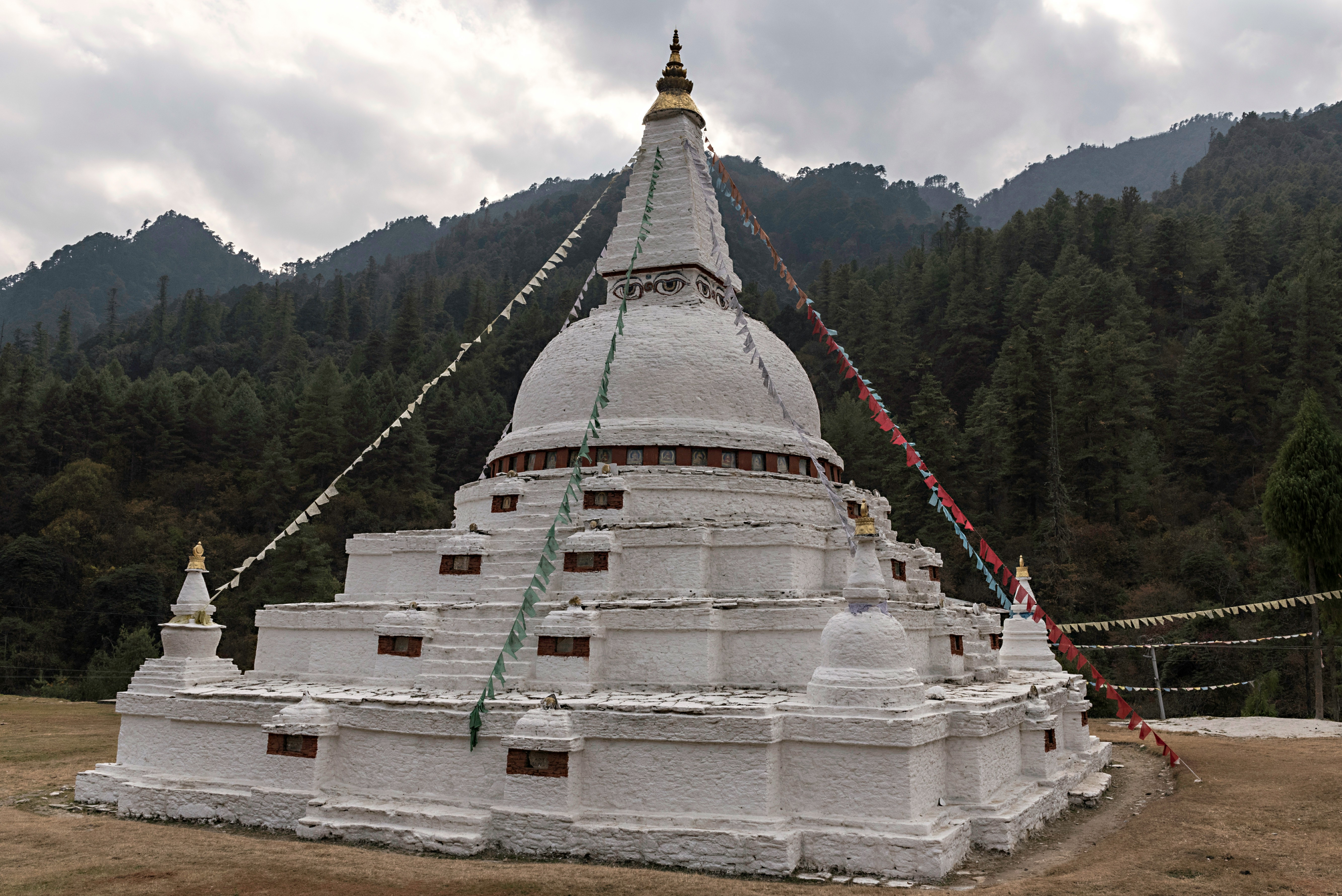 El Chendebji Chorten es una de las dos únicas estupas en Bután con los ojos pintados en los cuatro puntos cardinales