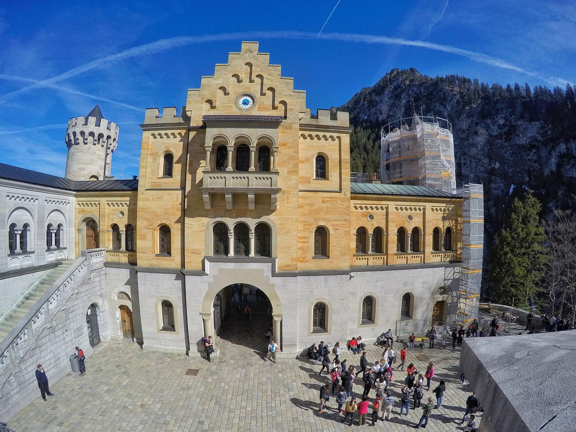 Abierto al público desde 1886, tan solo unas semanas después de la muerte del rey, el castillo recibe en la actualidad cerca de 10.000 visitantes al día en temporada alta, llegando a conseguir más de 1.4 millones de visitantes al año