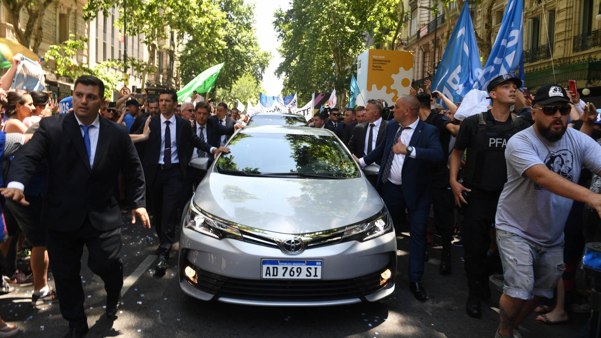 Su escolta persona y efectivos de la Policía Federal Argentina custodiaron el ingreso del flamante presidente a la Casa Rosada
