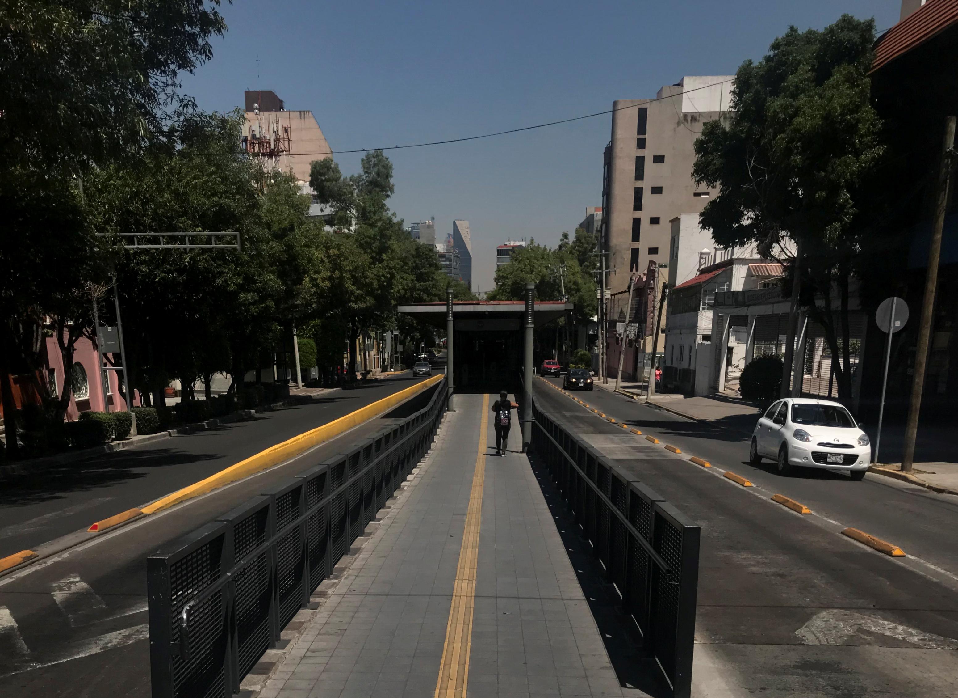 Una vista general muestra una avenida parcialmente vacía mientras continúa el brote de la enfermedad por coronavirus (COVID-19), en la Ciudad de México, México, 25 de marzo de 2020.