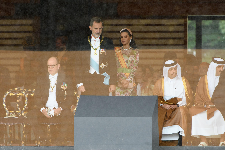 El rey Felipe VI (centro, a la izquierda) de España y la reina Letizia asisten a la ceremonia de entronización (AFP)