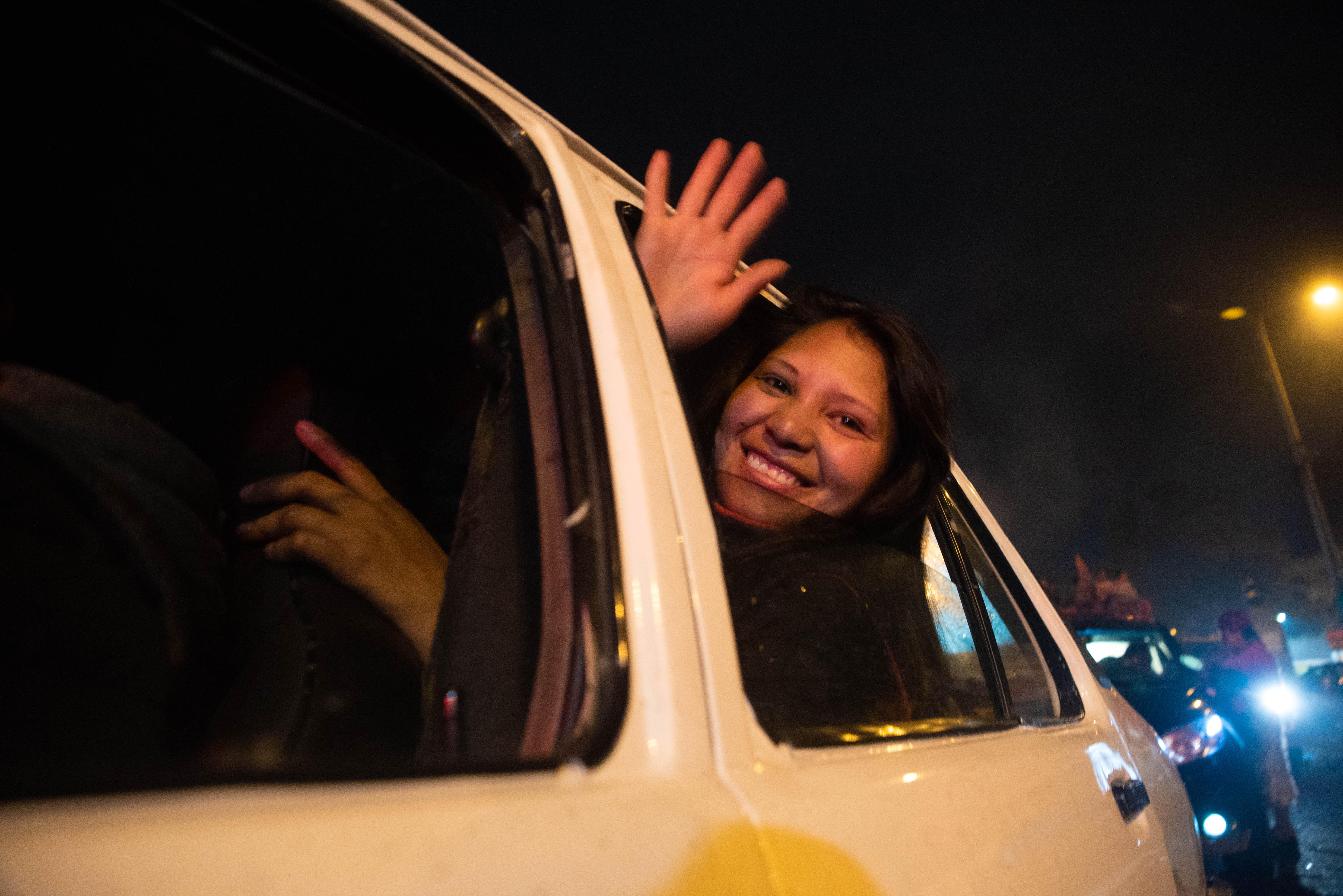 En el norte de Quito, caravanas de automóviles avanzaban en medio de un ensordecedor y constante sonar del claxon que rompió el tenso silencio de las últimas horas,