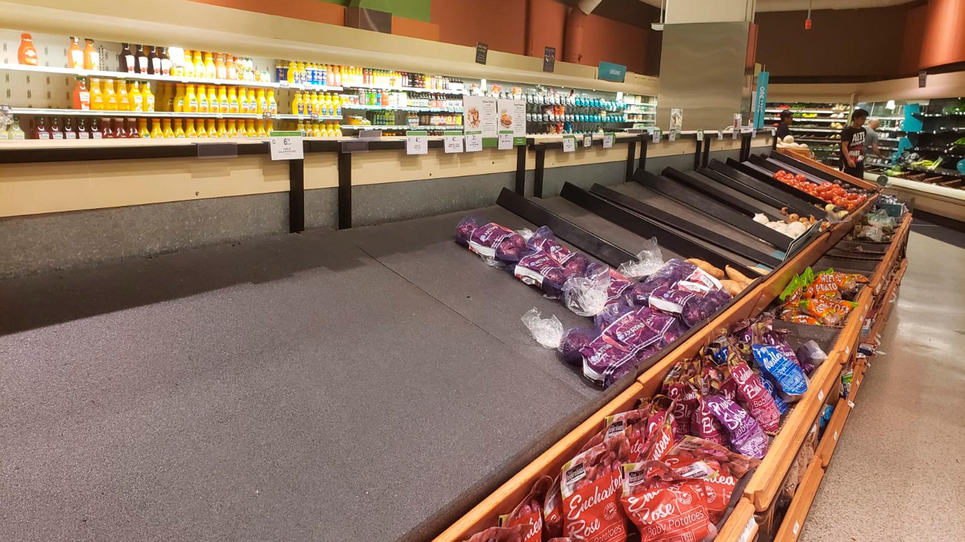La gente salió masivamente a abastecerse de alimentos y productos para permanecer en sus hogares, por lo que en algunos mercados empiezan a escasear ciertas cosas. (Foto: Infobae)