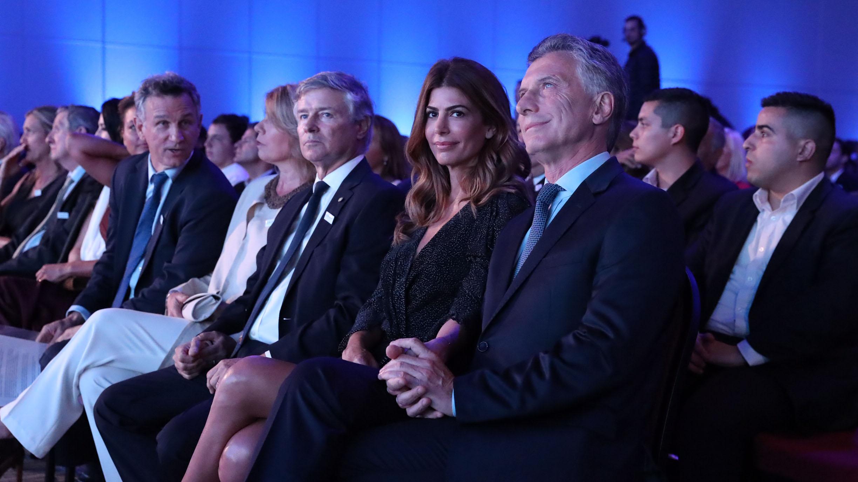 El presidente Mauricio Macri y su mujer, Juliana Awada, junto a Julio Cesar Saguier, presidente de S.A. La Nación, y Fernán Saguier, subdirector