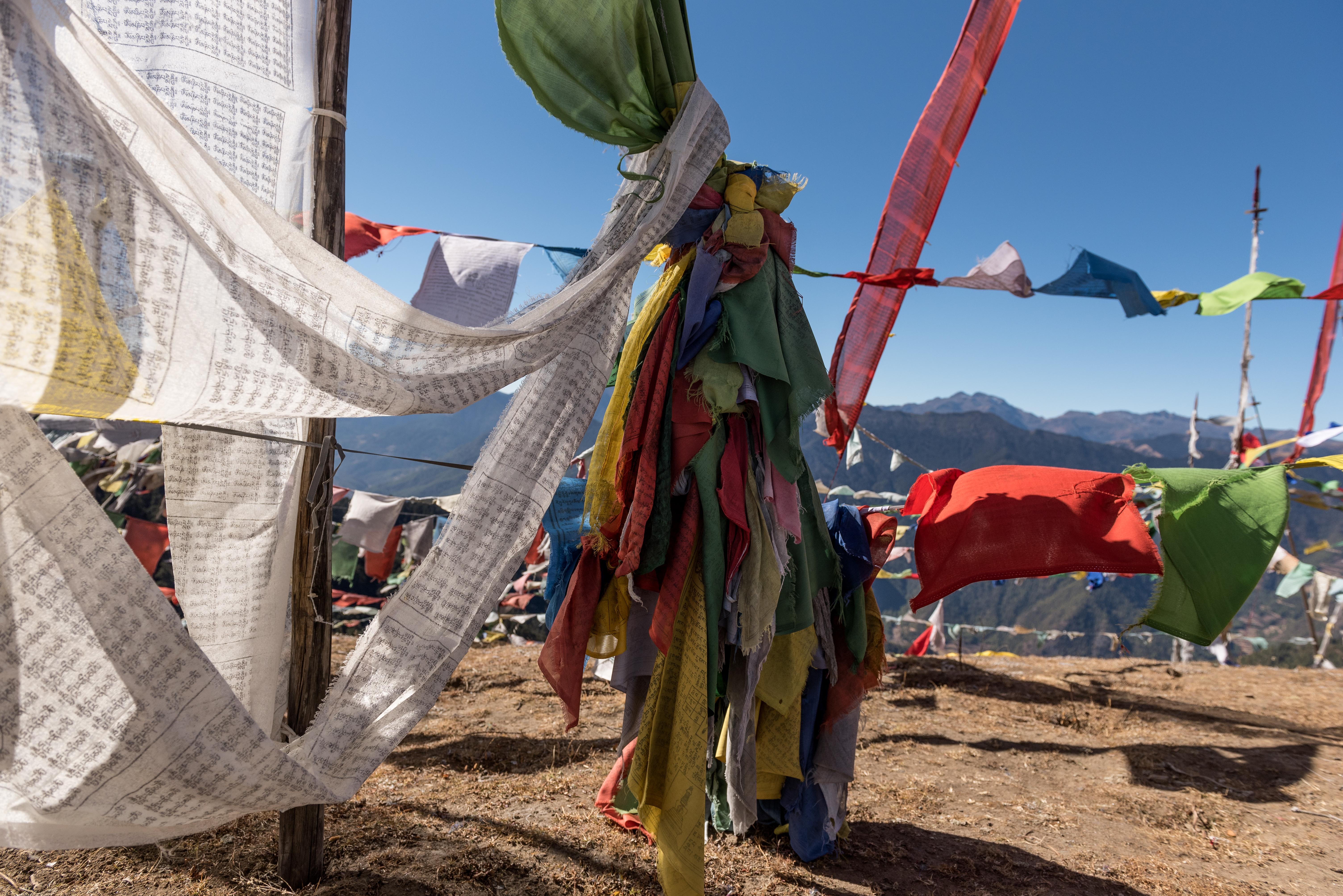 Las banderas de oración budistas son una presencia constante en Bután, especialmente en las alturas de los Himalayas y en las orillas de los ríos