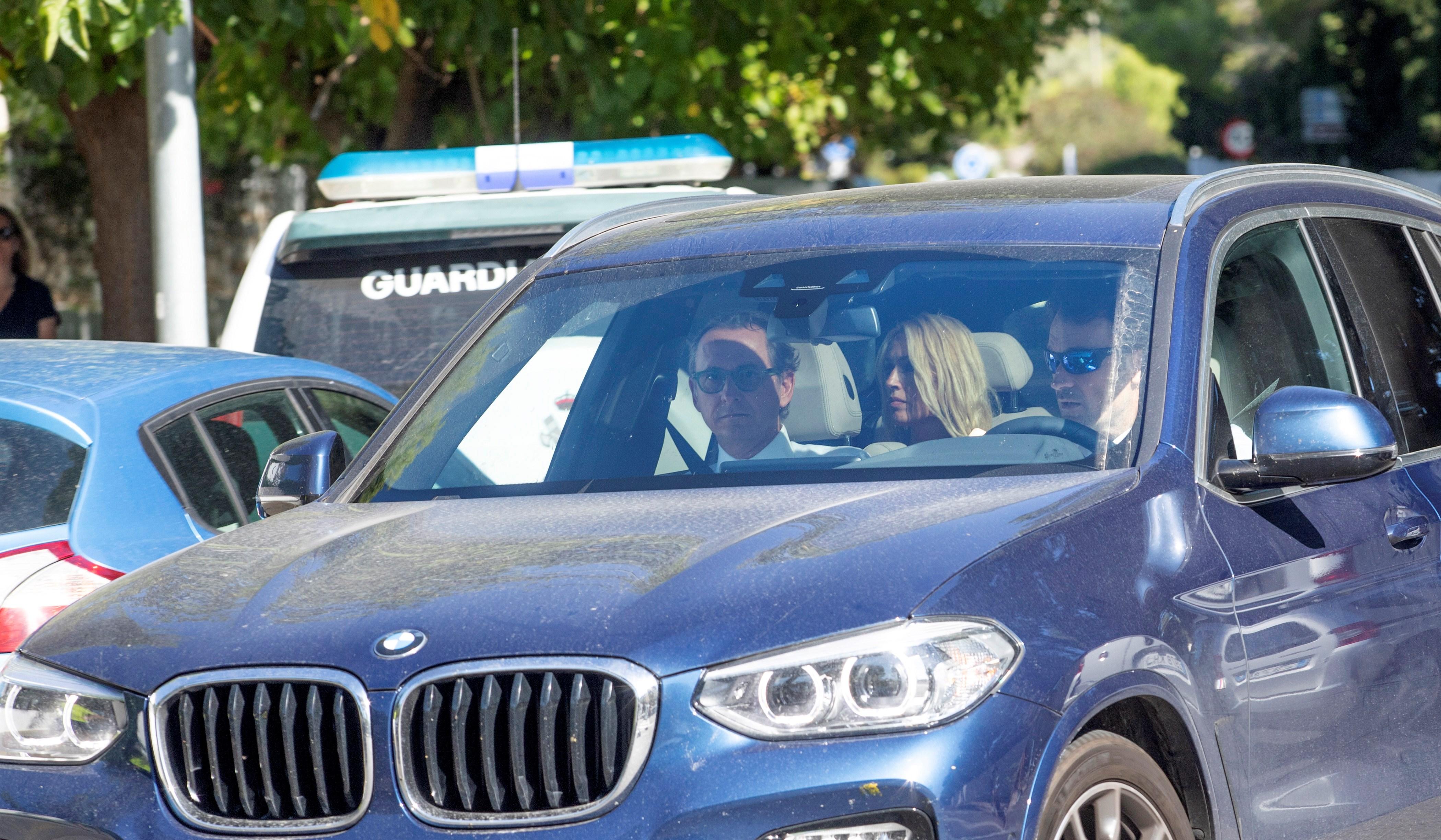 El tenista Carlos Moyá (d), entrenador de Rafa Nadal y su mujer, Carolina Cerezuela, invitados a la boda de Nadal y Mery Perelló. EFE/ Lliteres