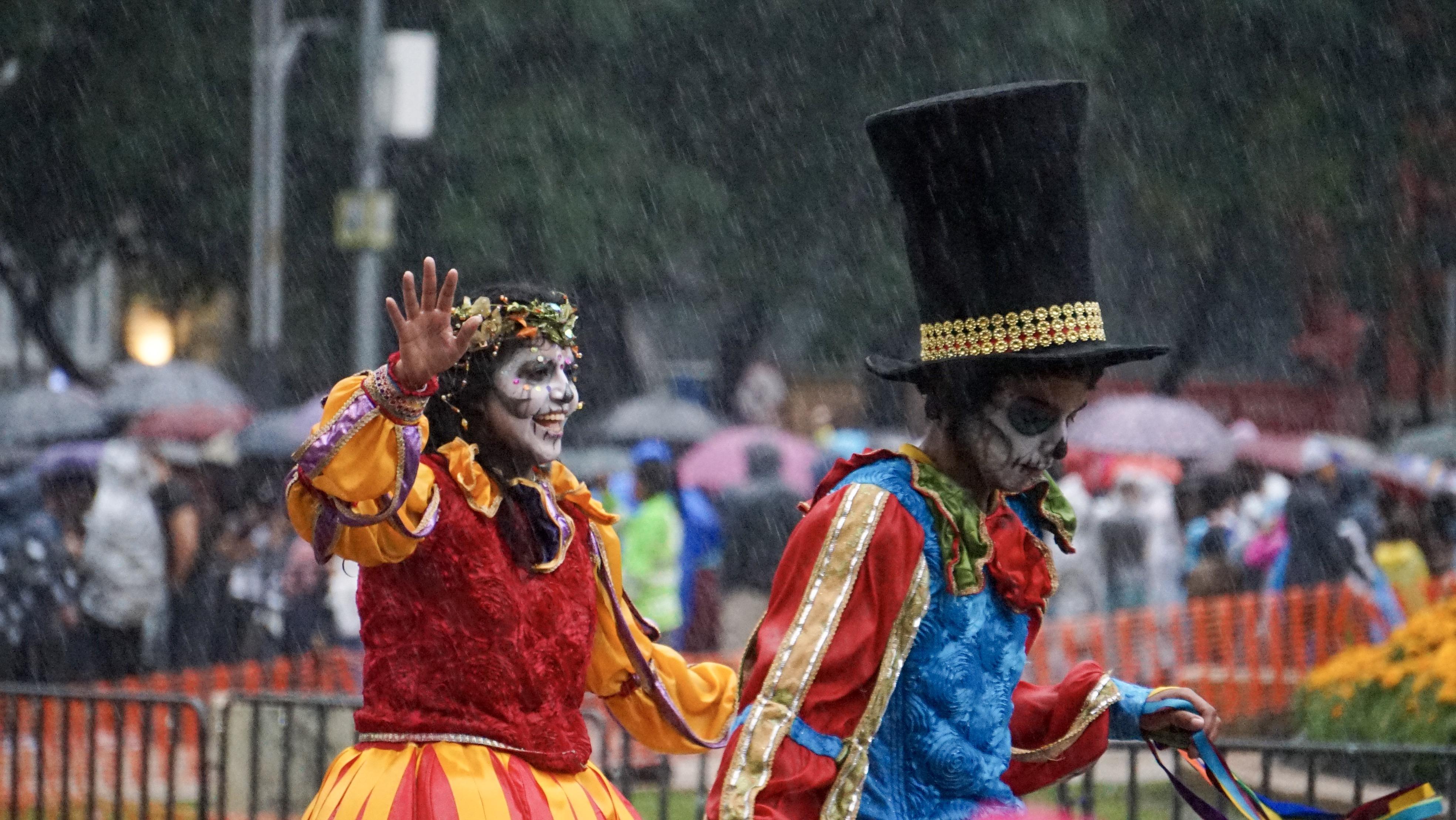 La lluvia aceleró el desfile, pero no logró que se cancelera ni que disminuyera el ánimo