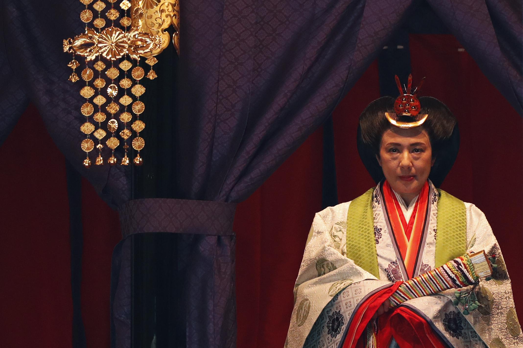 La emperatriz japonesa Masako hace su aparición durante una ceremonia para proclamar la entronización del emperador Naruhito al Trono del Crisantemo (AFP)