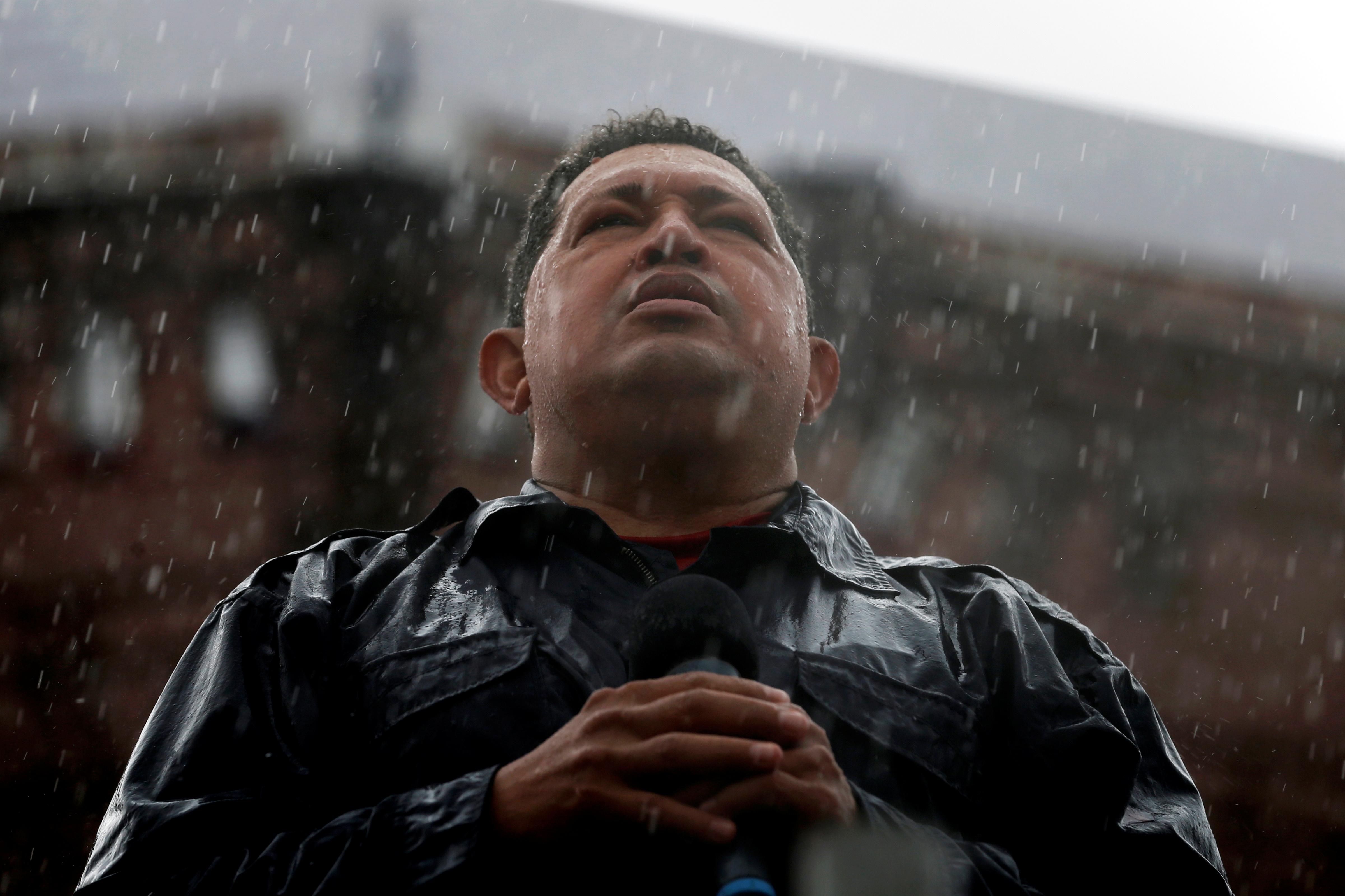 Hugo Chávez habla bajo la lluvia durante el acto de clausura de su última campaña presidencial en Caracas, Venezuela, el 4 de octubre de 2012 (REUTERS/Jorge Silva/File Photo)