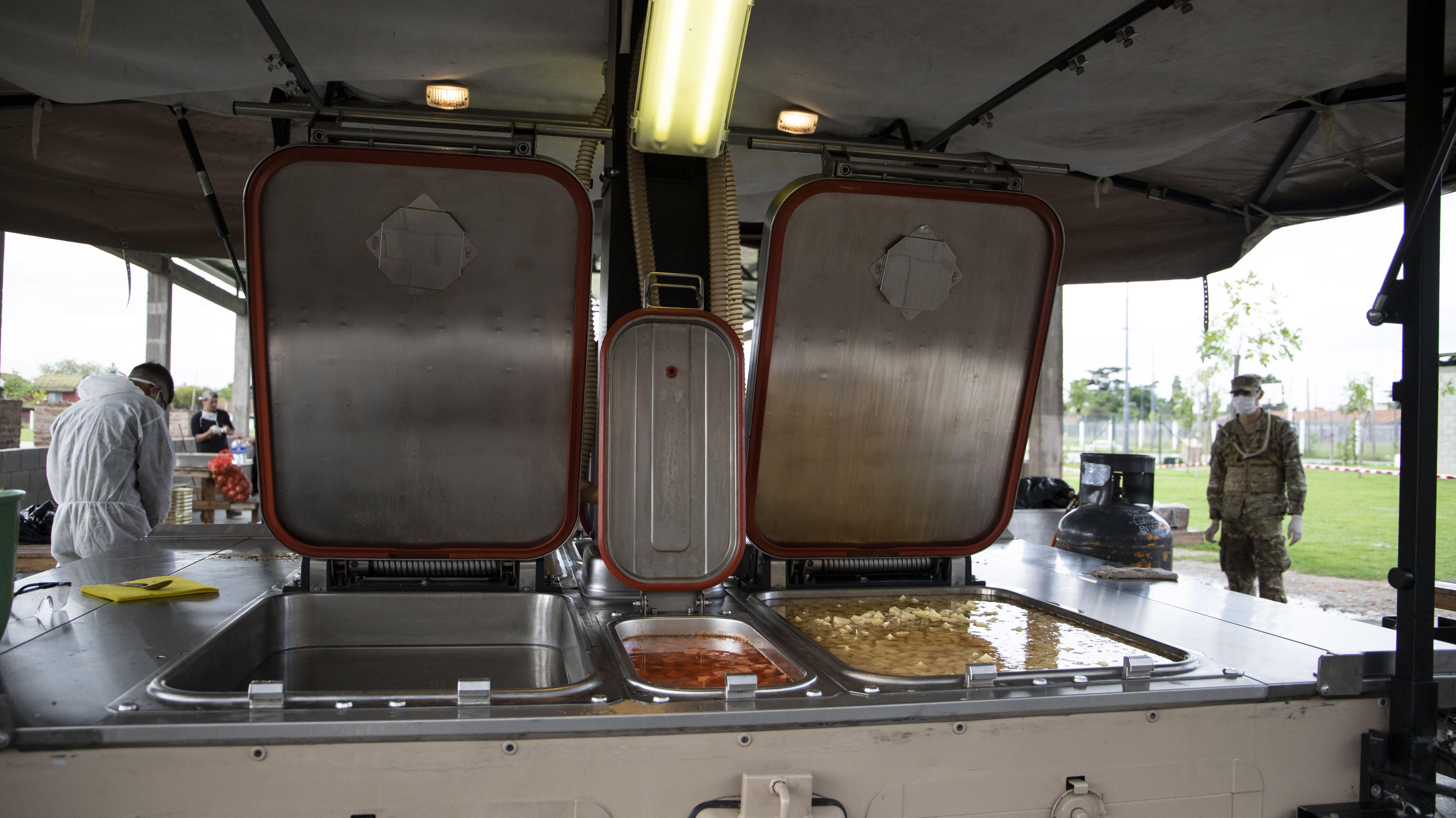 El Ejército llevó las cocinas de campaña que les permiten a los cocineros preparar comida en cantidad