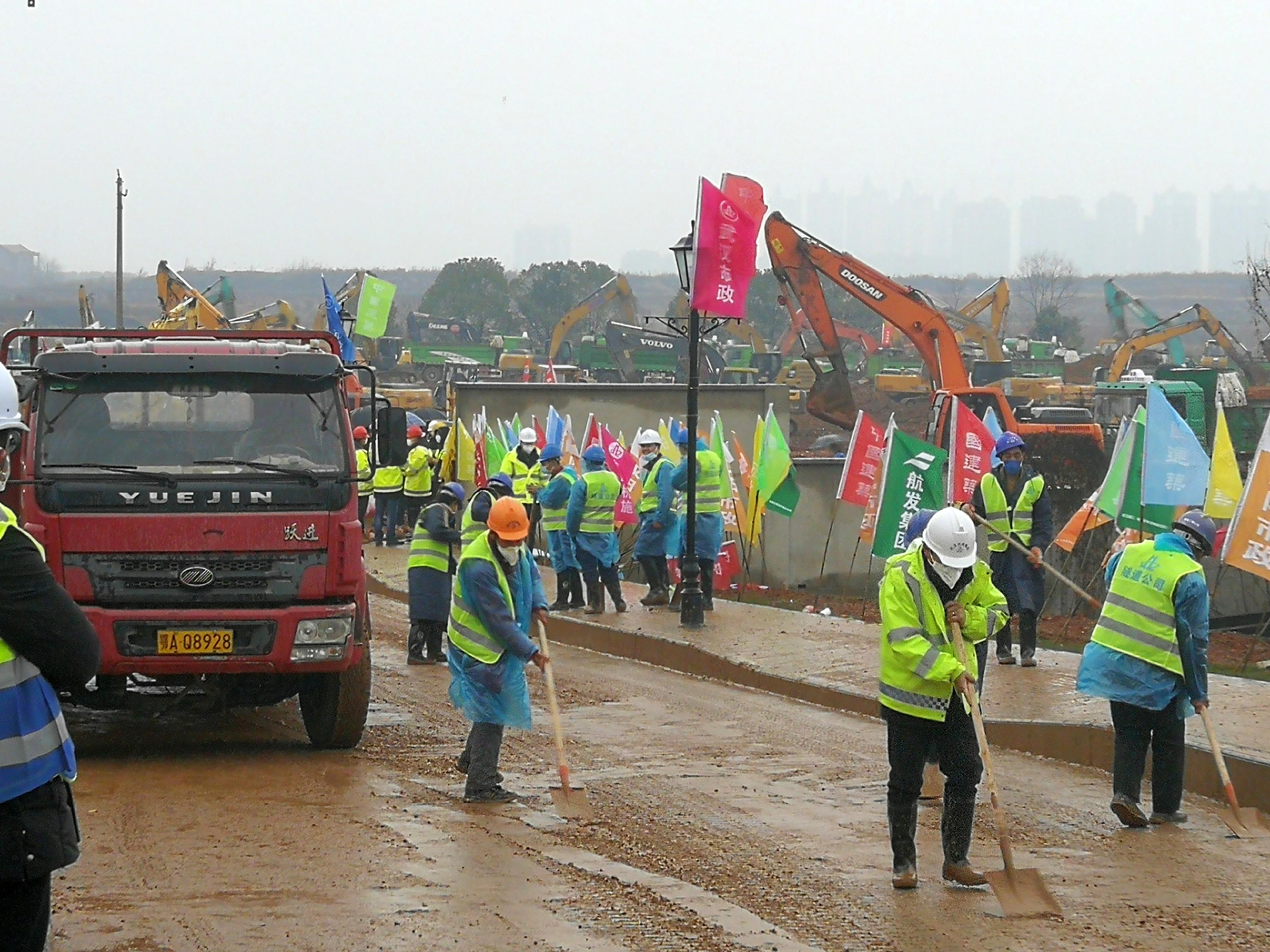Los trabajadores abren el camino en el sitio de construcción donde se está construyendo el nuevo hospital para tratar a los pacientes de un nuevo coronavirus después del brote y el cierre de la ciudad, en las afueras de Wuhan, China, el 24 de enero de 2020. (Fotografía en video vía REUTERS)