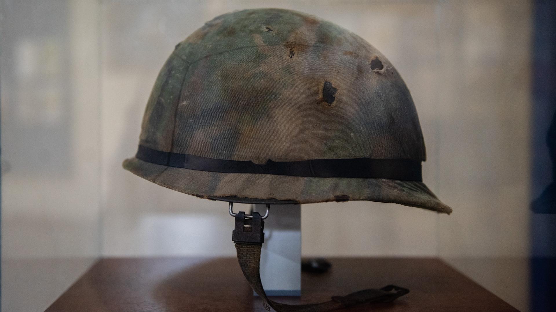 Casco perteneciente a un soldado argentino desconocido donado por un coleccionista británico