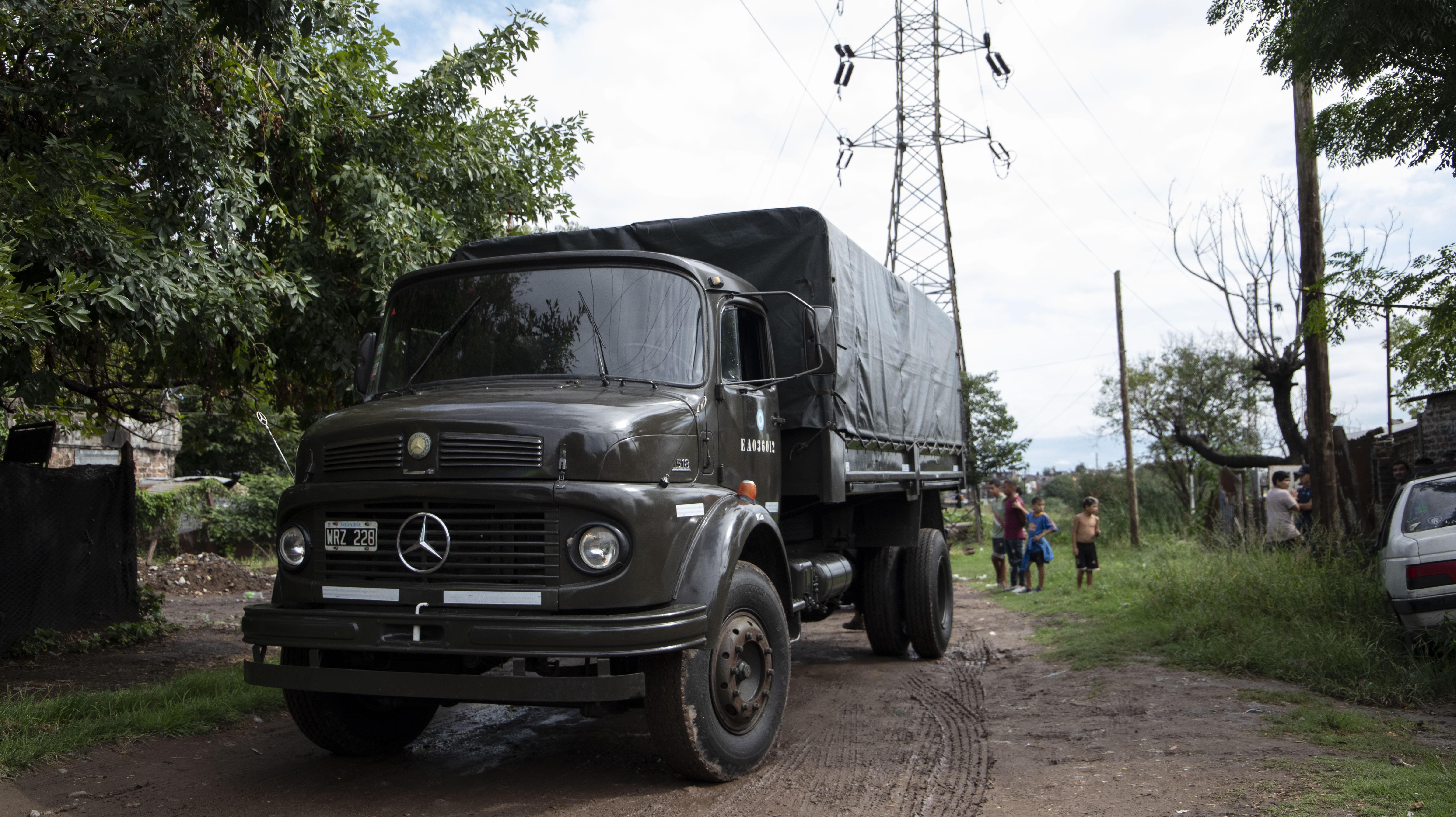 Los camiones del Ejército ingresaron a los barrios más pobres del municipio
