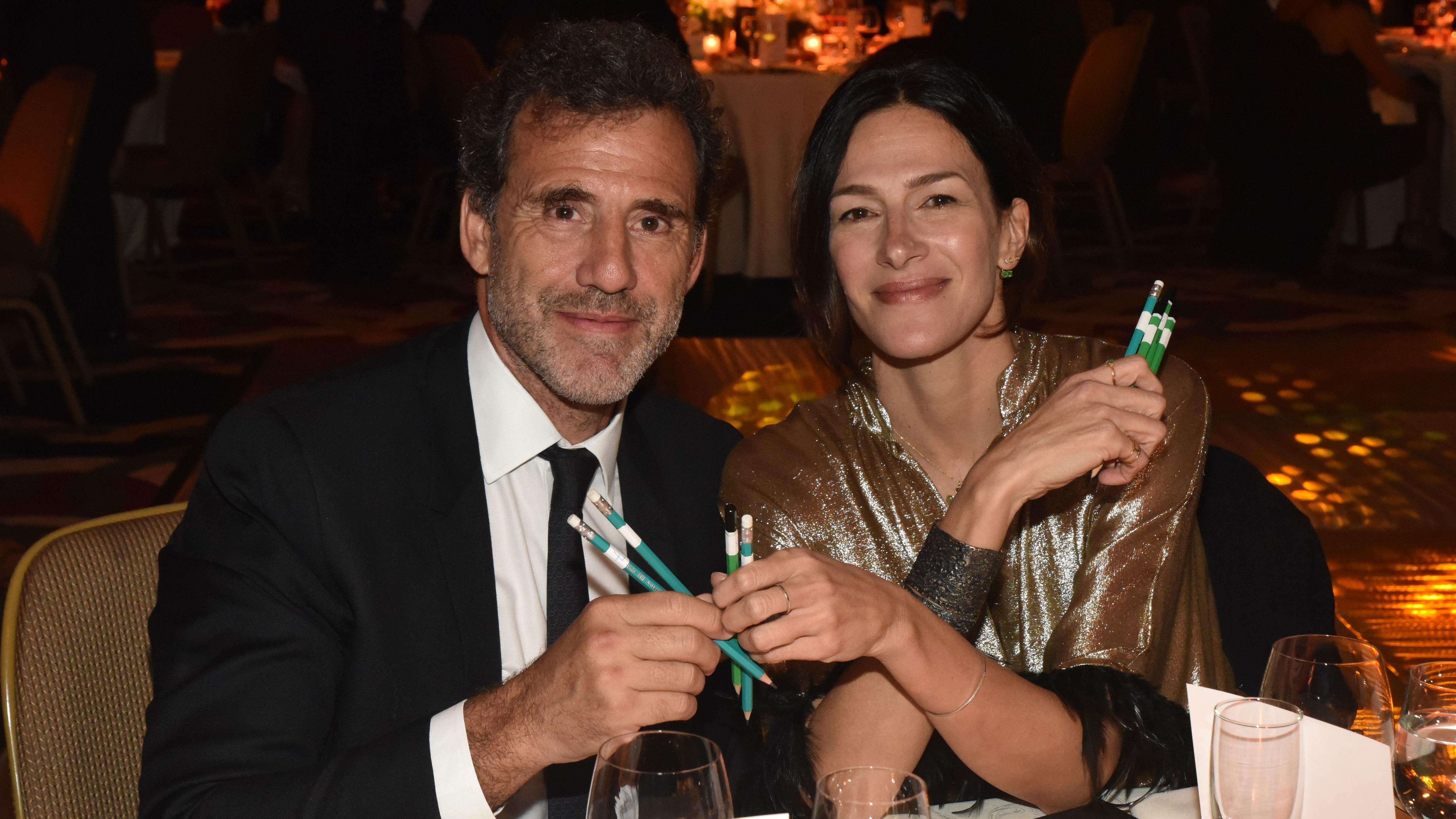 Alejandro Pueyrredon y Dolores Trull con los lápices que se vendieron para recaudar fondos para DISFAM y participar de un sorteo