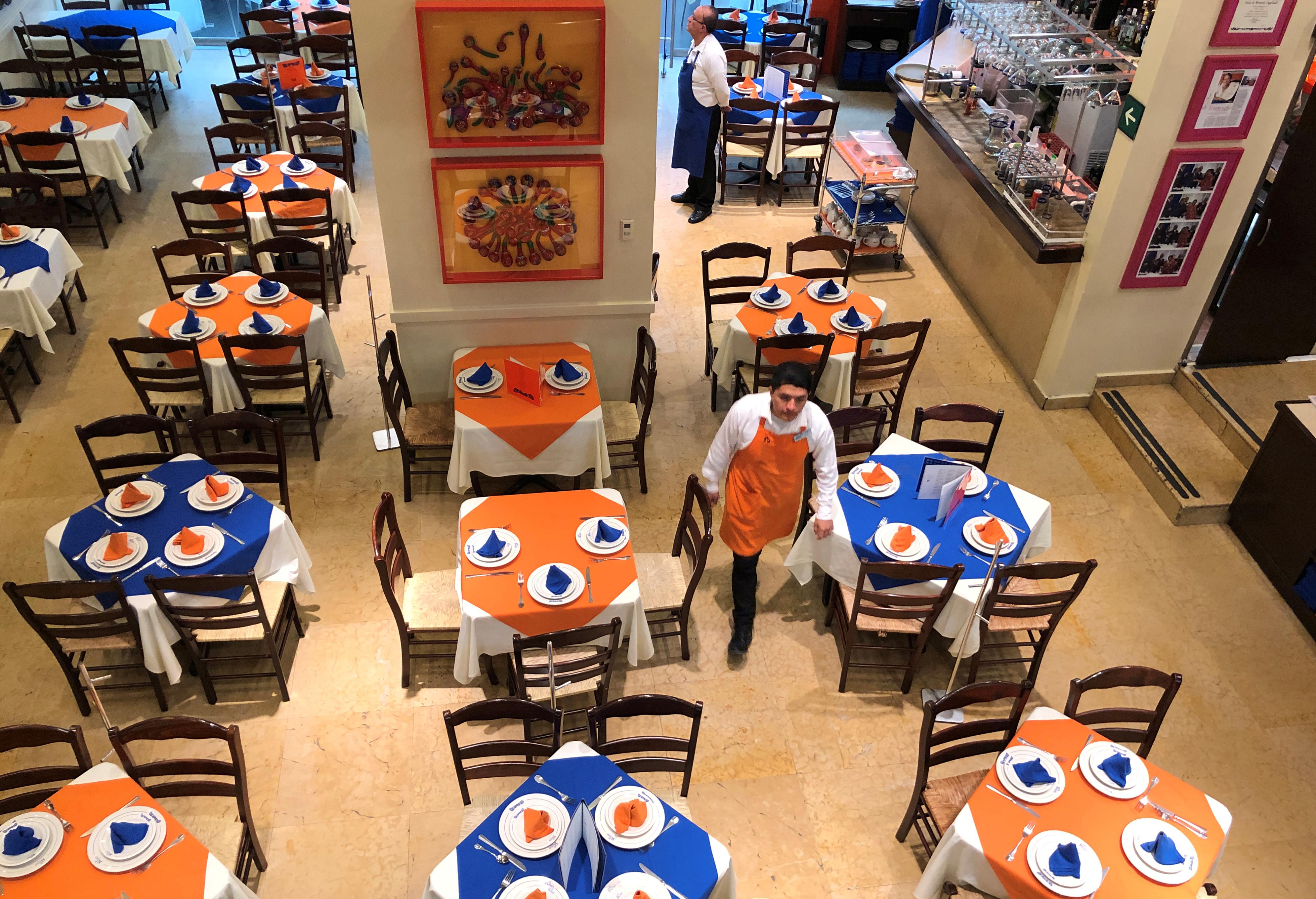 Se ven mesas vacías dentro de un restaurante mientras el brote de la enfermedad por coronavirus (COVID-19) continúa en la Ciudad de México, México, 22 de marzo de 2020.