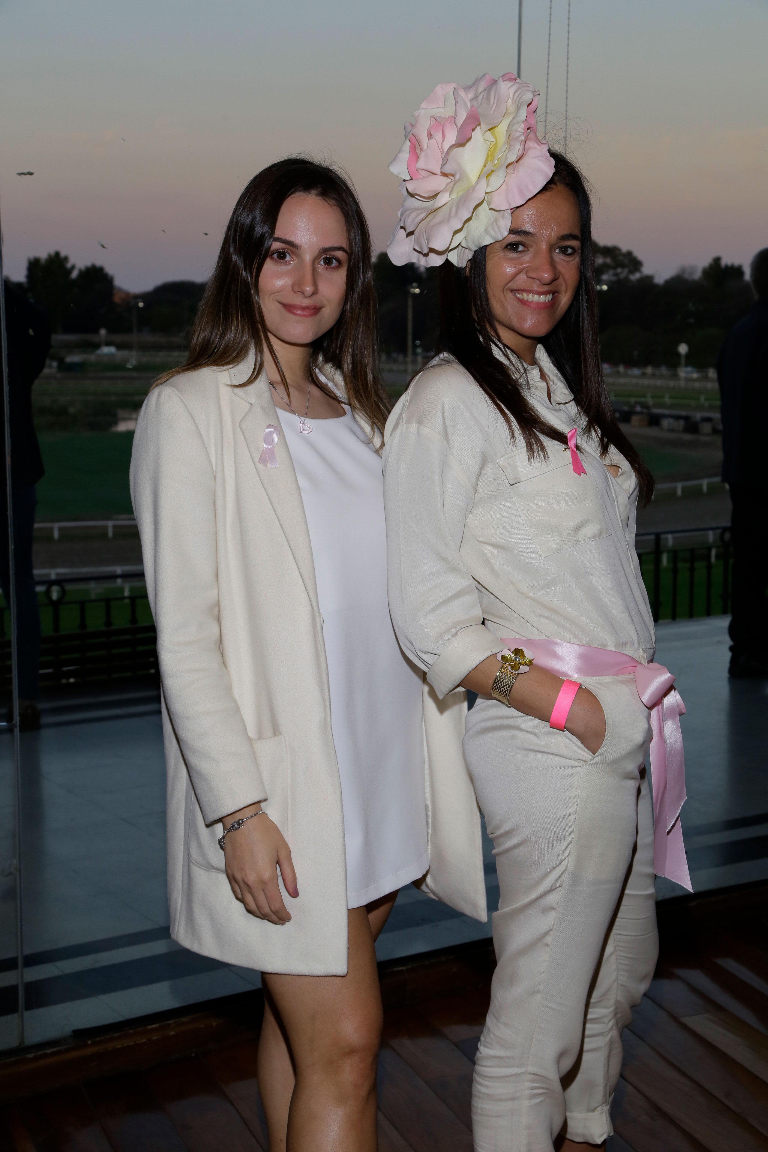 Antonella Bárbaro y Florencia Uslenghi. Con distintivos lazos rosas, el objetivo fue concientizar sobre la importancia de la prevención y detección temprana del cáncer de mama