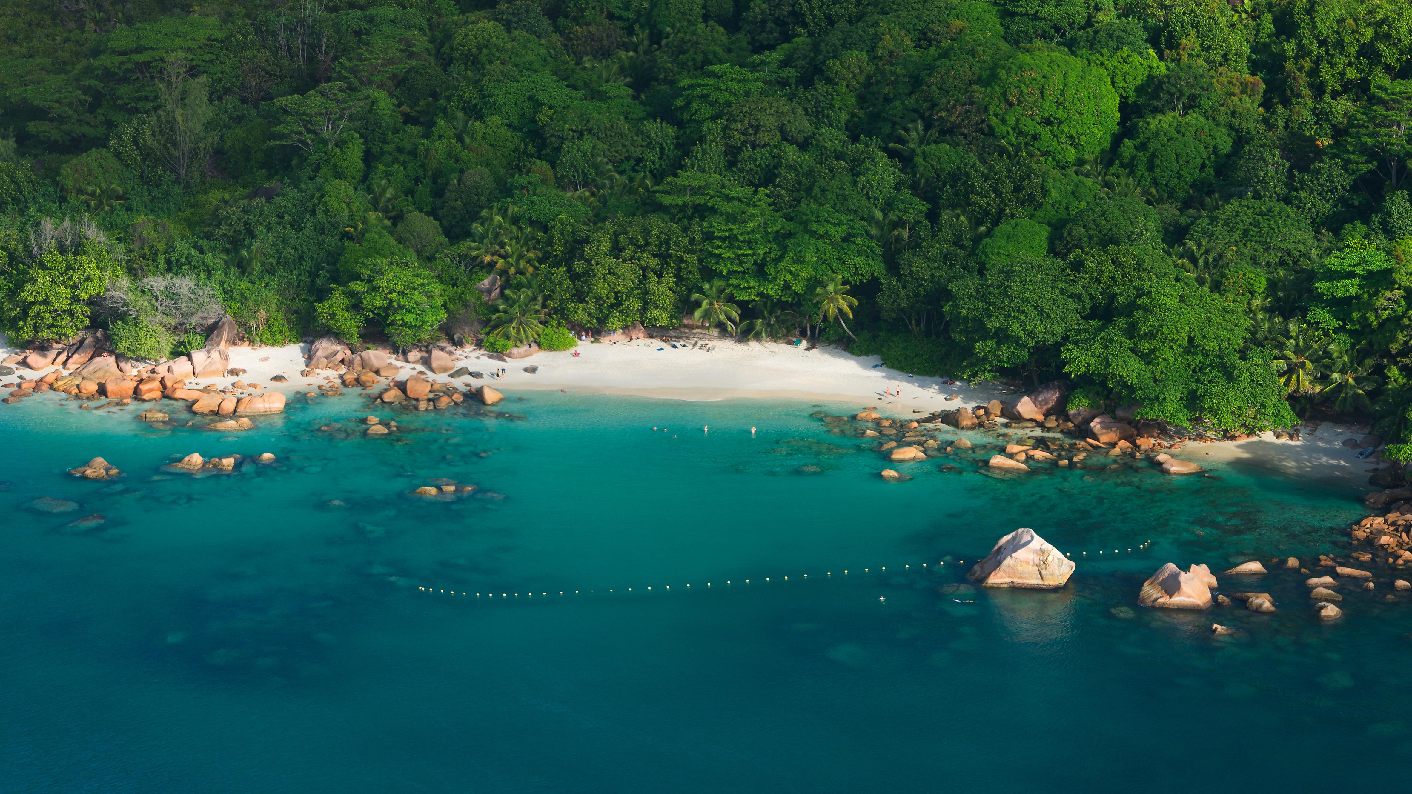 Anse Lazio es reconocida como una de las playas más bellas del mundo, a menudo por sus pintorescas vistas y colores vivos. Las aguas saturadas envuelven a cada nadador en un sueño verde azulado, mientras que las palmeras verde oscuro enmarcan la puesta de sol dorada