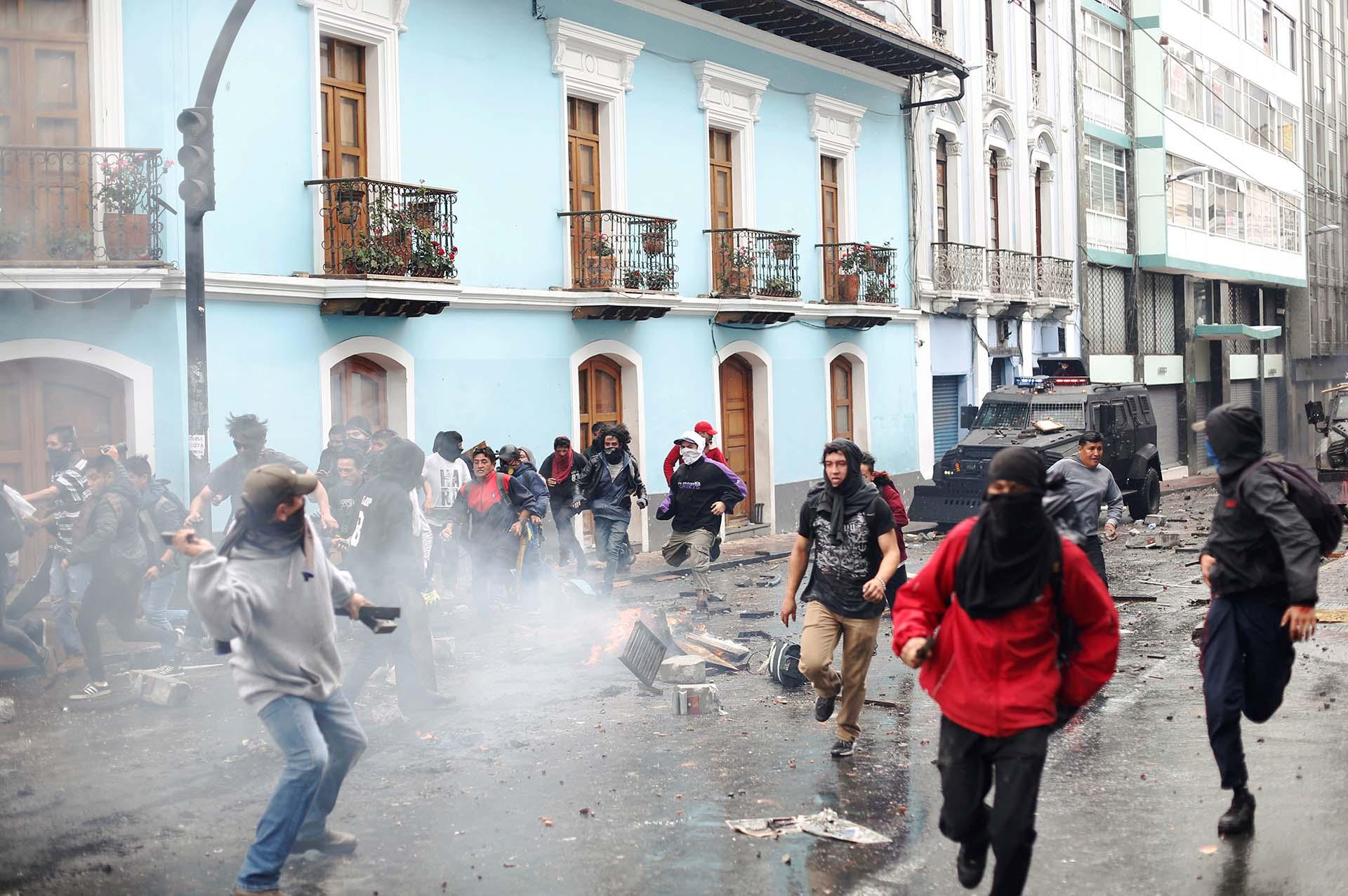 La policía dispersó a los manifestantes con gases lacrimógenos (REUTERS/Daniel Tapia)