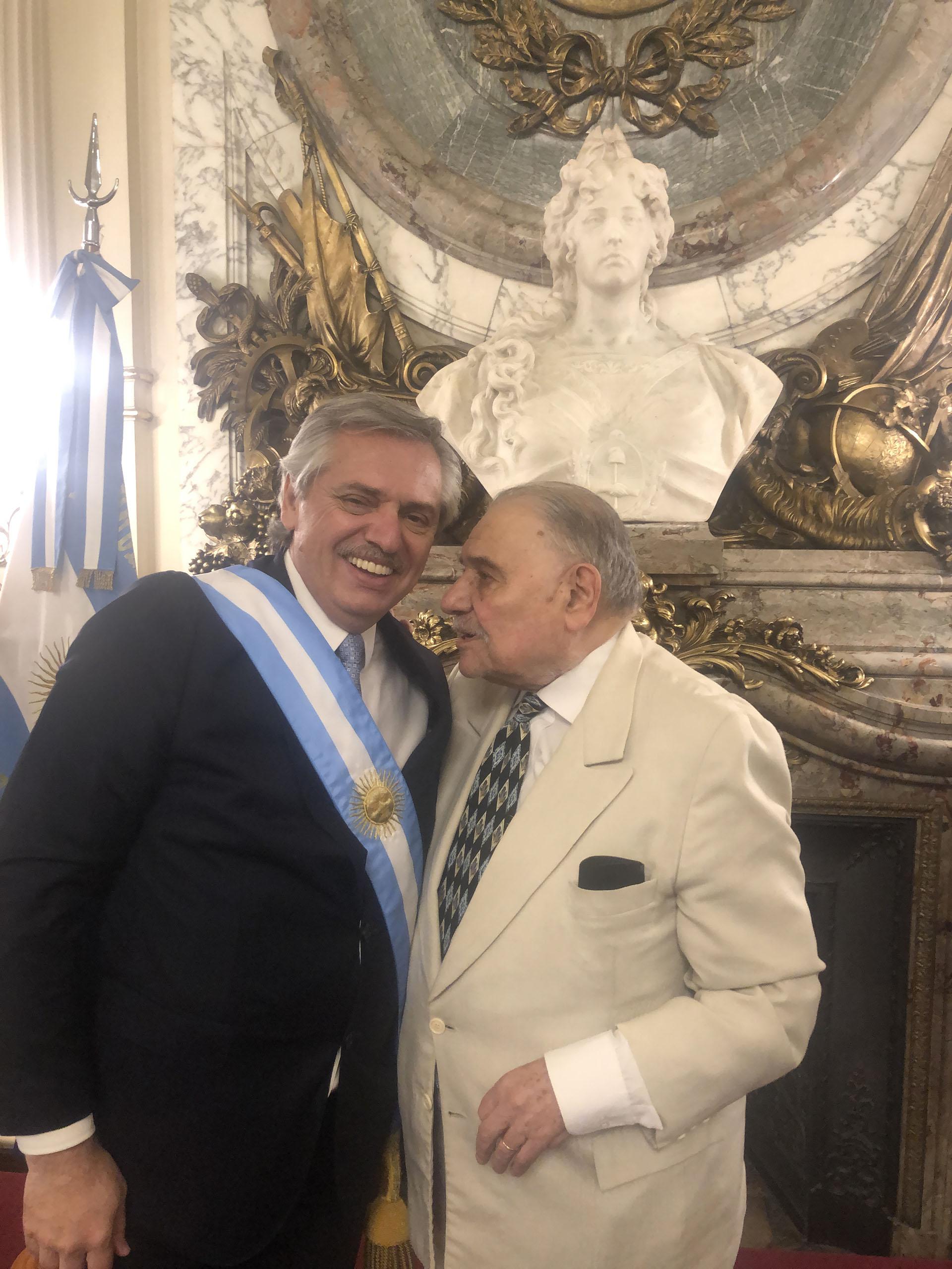 El presidente con Roberto Di Sandro, el decano de periodistas en Casa Rosada