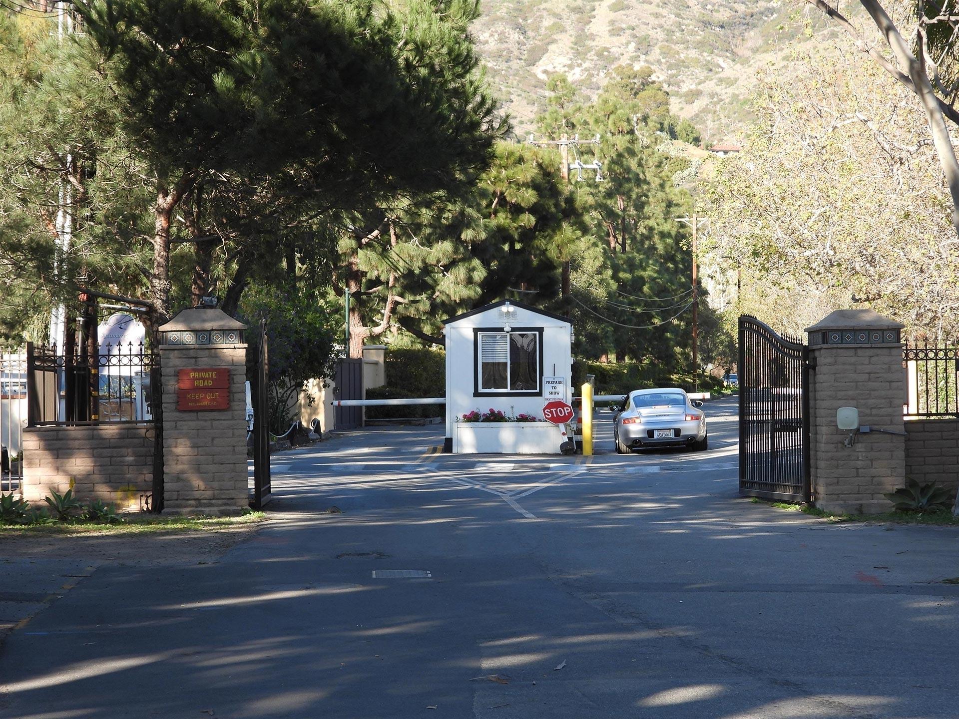 La mansión está aislada en un barrio privado residencial y cuenta con extensos terrenos (Grosby)