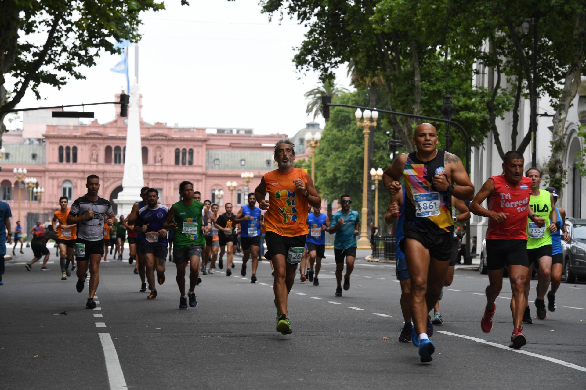 Todo el color de los corredores en la mañana gris de Buenos Aires (Maximiliano Luna)